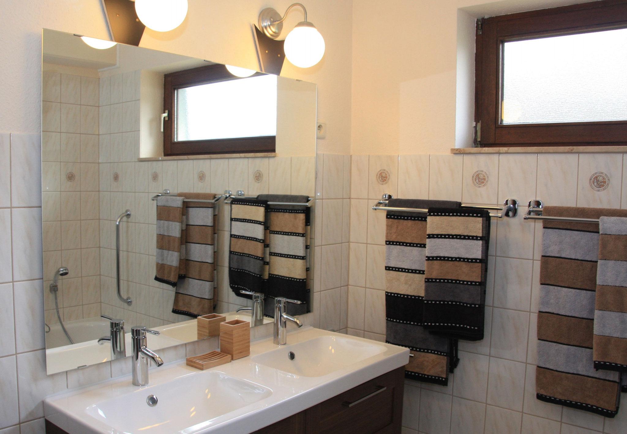 Das frisch renovierte Bad mit Doppelwaschbecken.   |   De net gerenoveerde badkamer met moderne dubbele wastafel