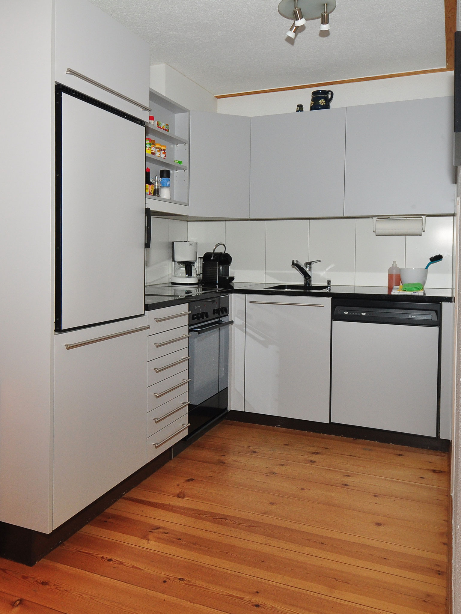 ...mit Blick in die moderne Küche...
