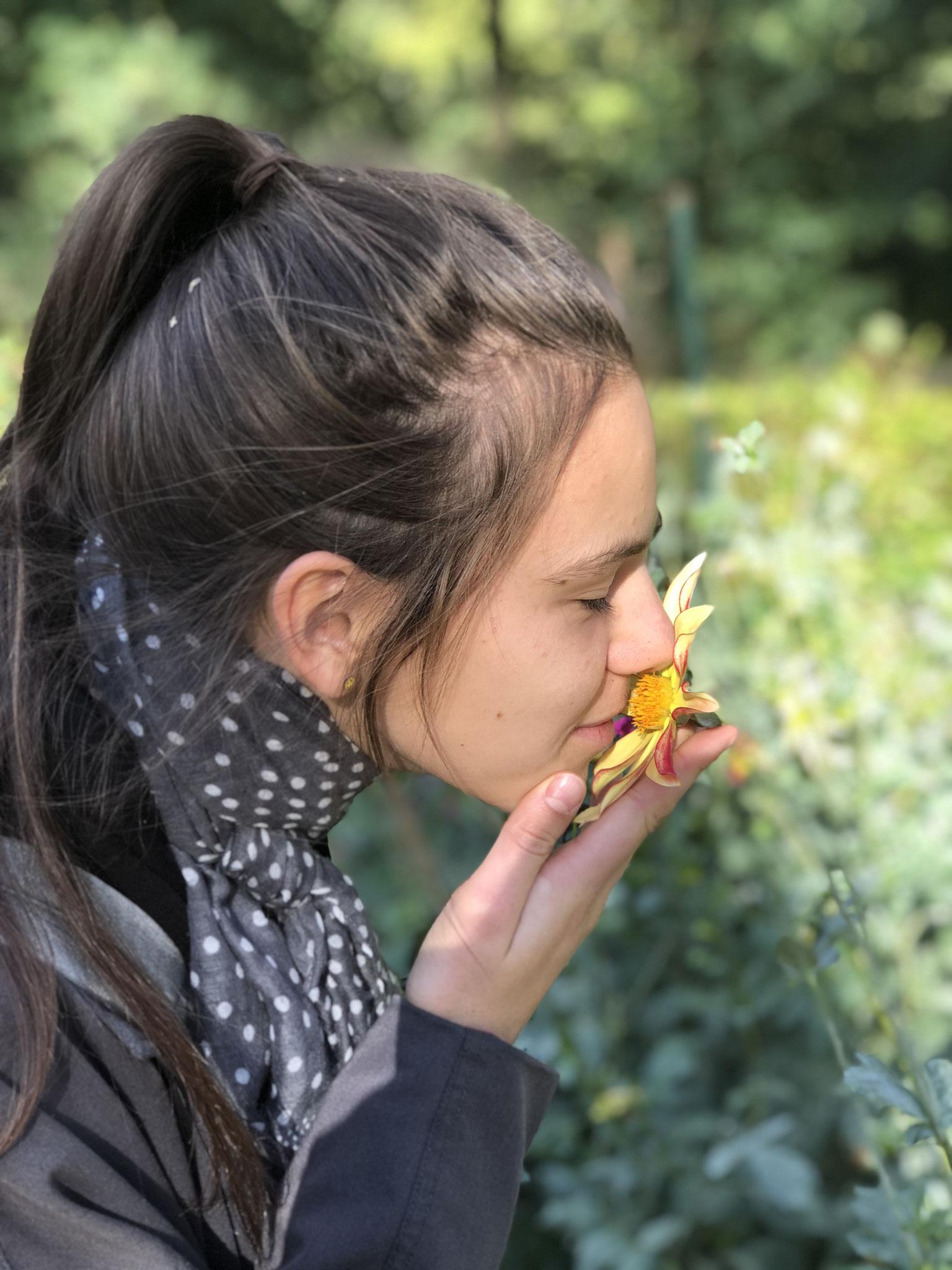 Elisabeth schnuppert an einer zartduftenden Züchtung von Monsieur Christophe Kneblewski (Verantwortlicher Dahlien im Parc Floral der Stadt Paris)
