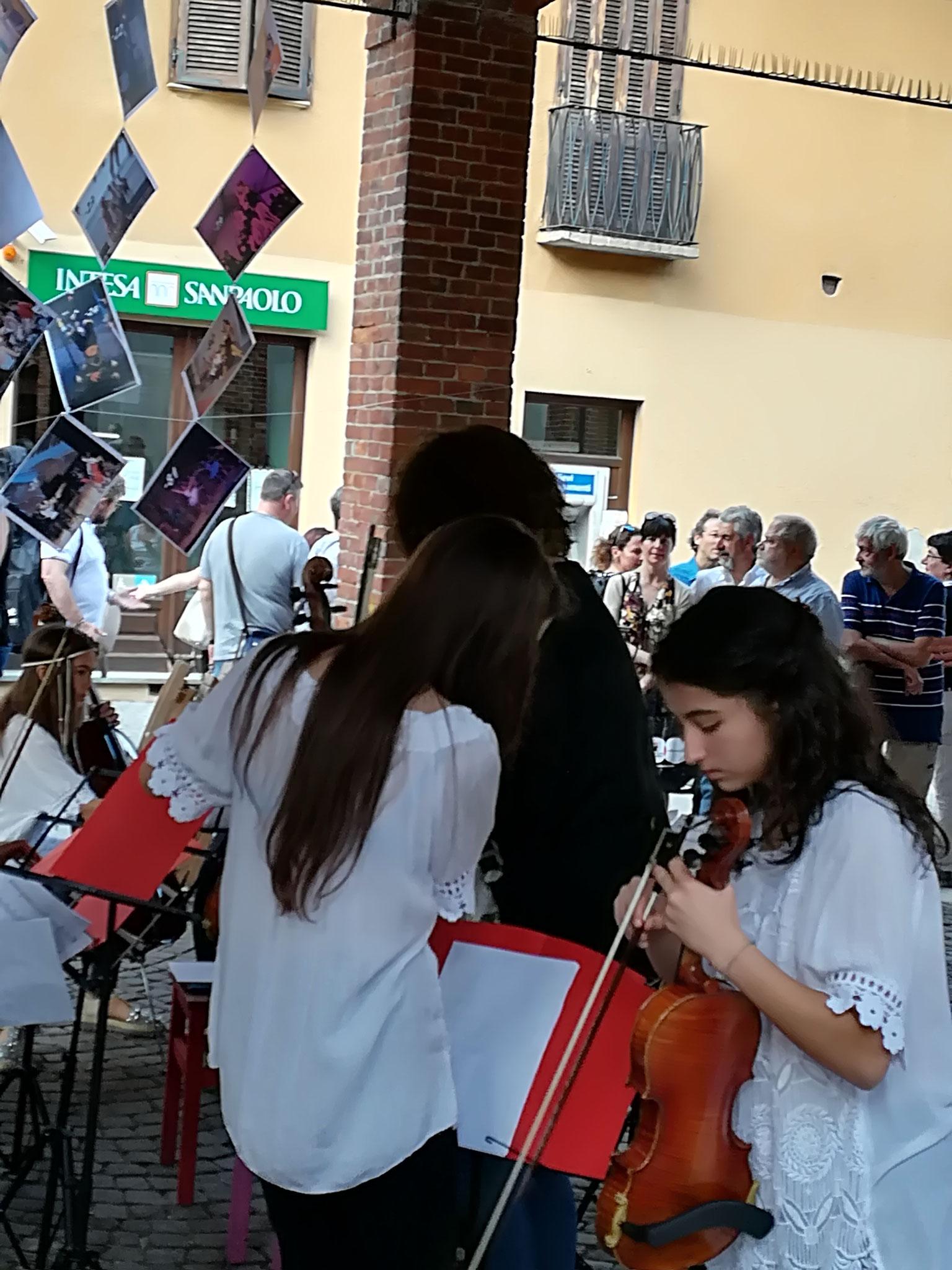 Alcune allieve violiniste del Lessona che hanno partecipato all'esibizione