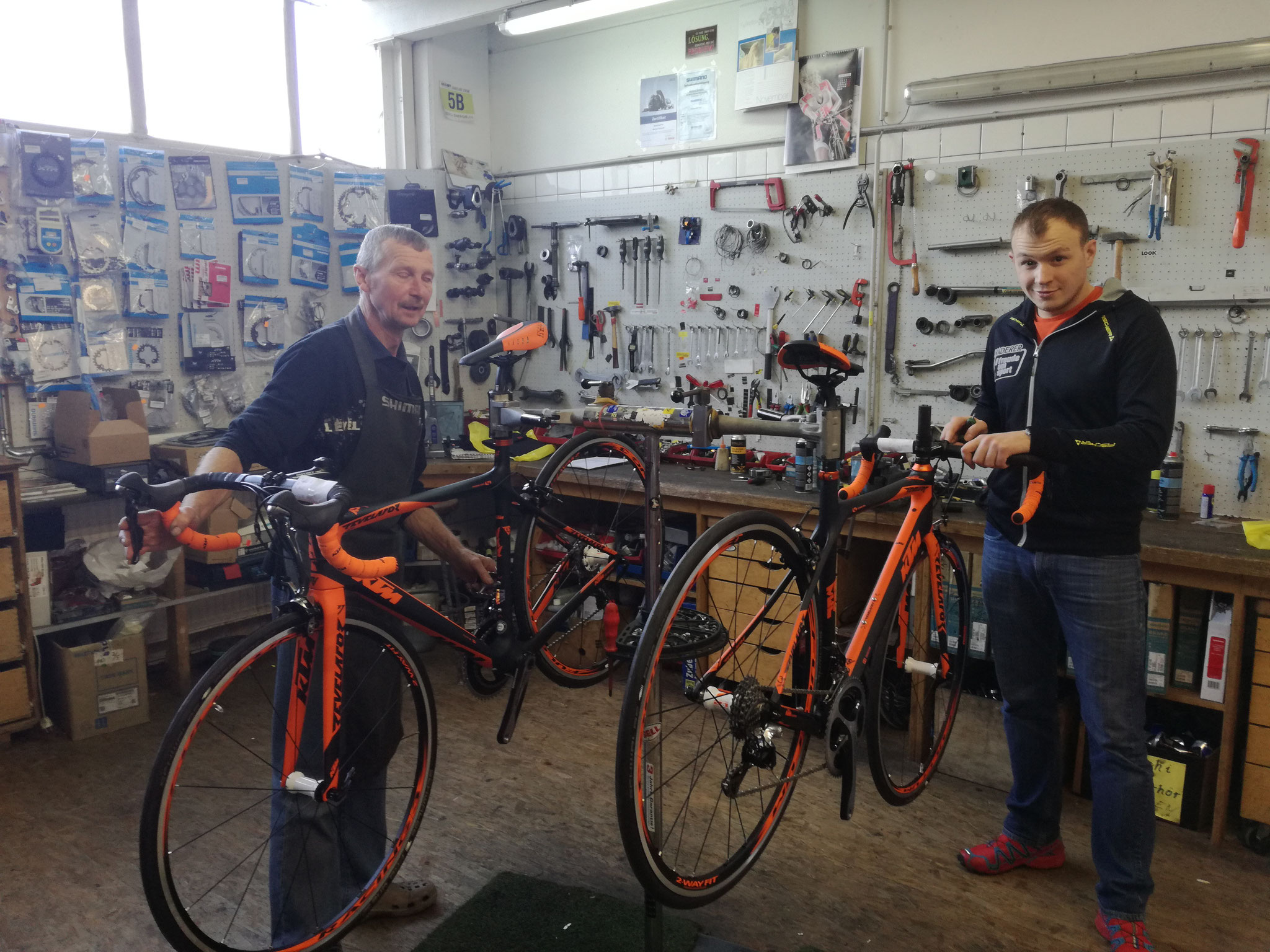 Aufbau der Teamräder in der Werkstatt von Sport Haderer
