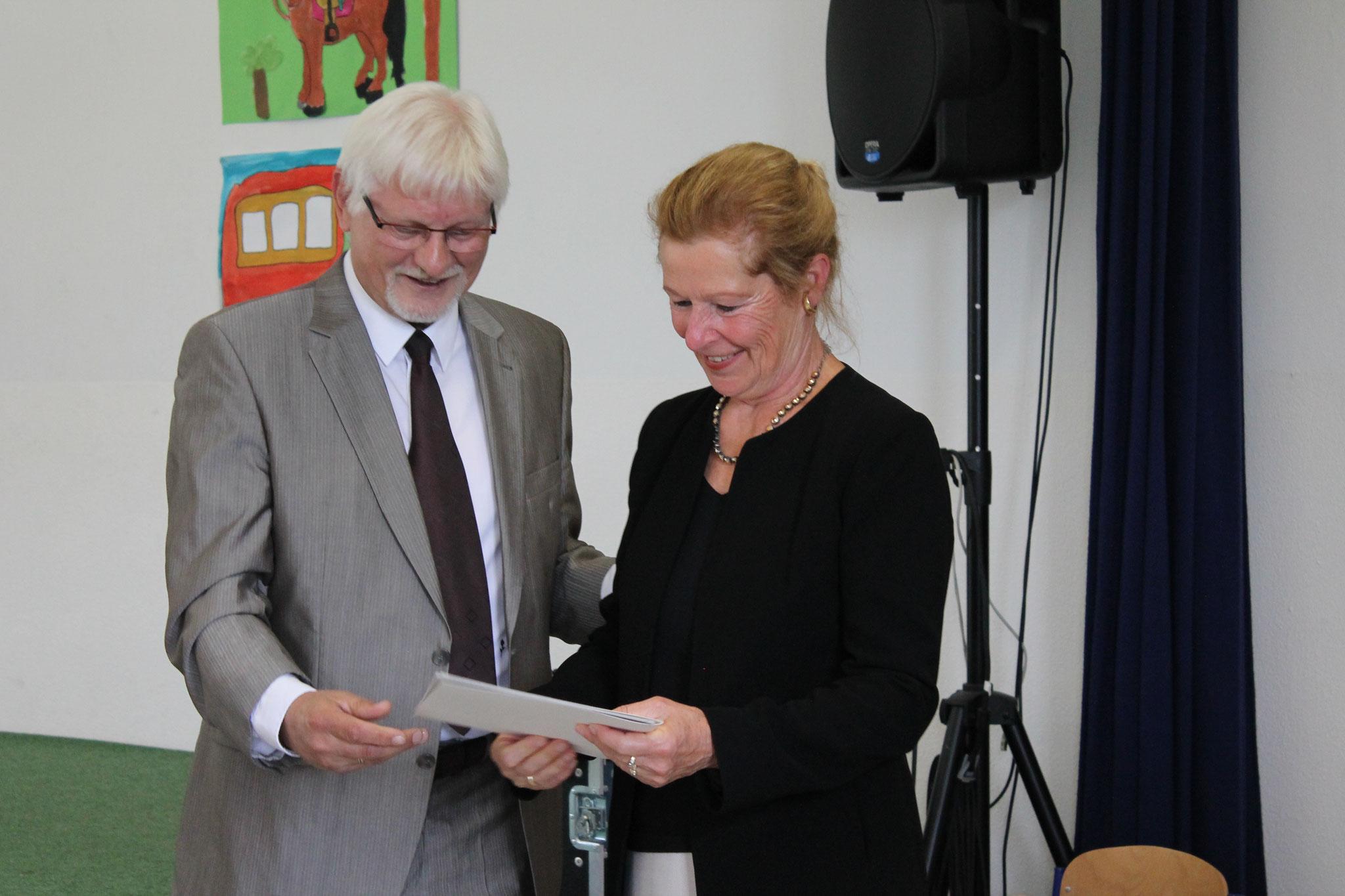 Frau Reinhold erhält ihre Urkunde zum Ruhestand.