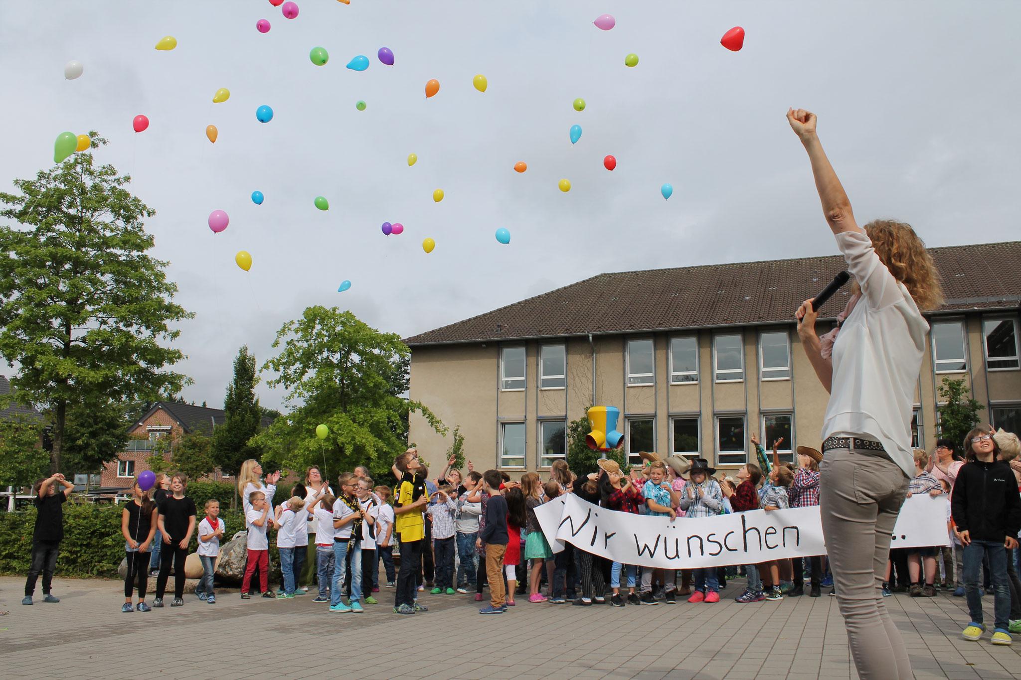 Zum Schluss lassen die Schüler Luftballons für Frau Reinhold steigen.