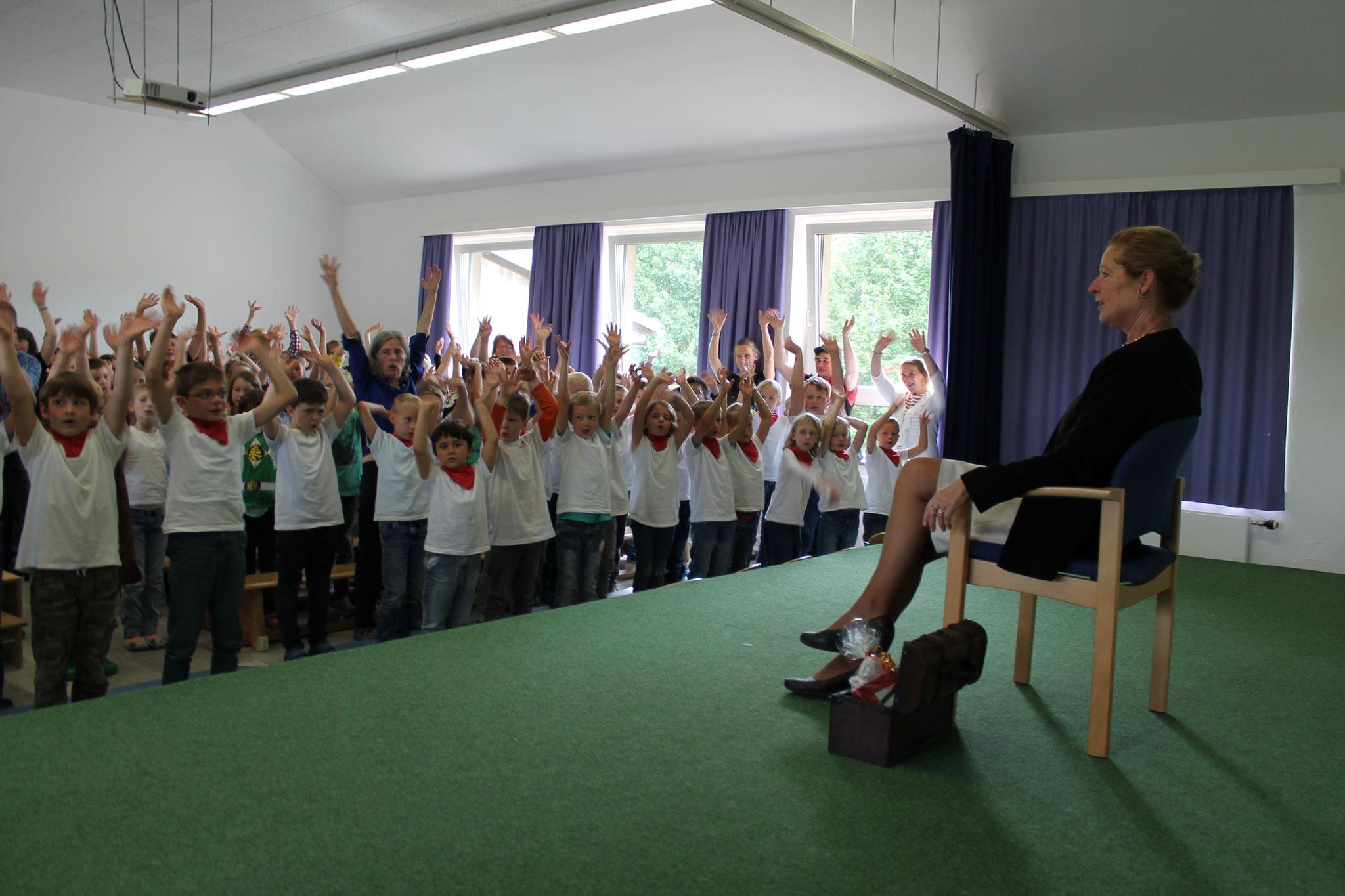 Alle Schüler singen gemeinsam ein internationales Abschiedslied.