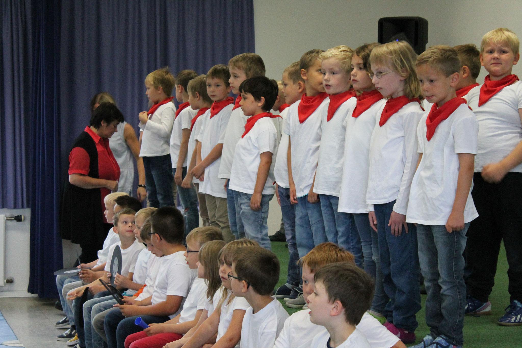 Die S1-Schüler singen ein Busreise-Lied.
