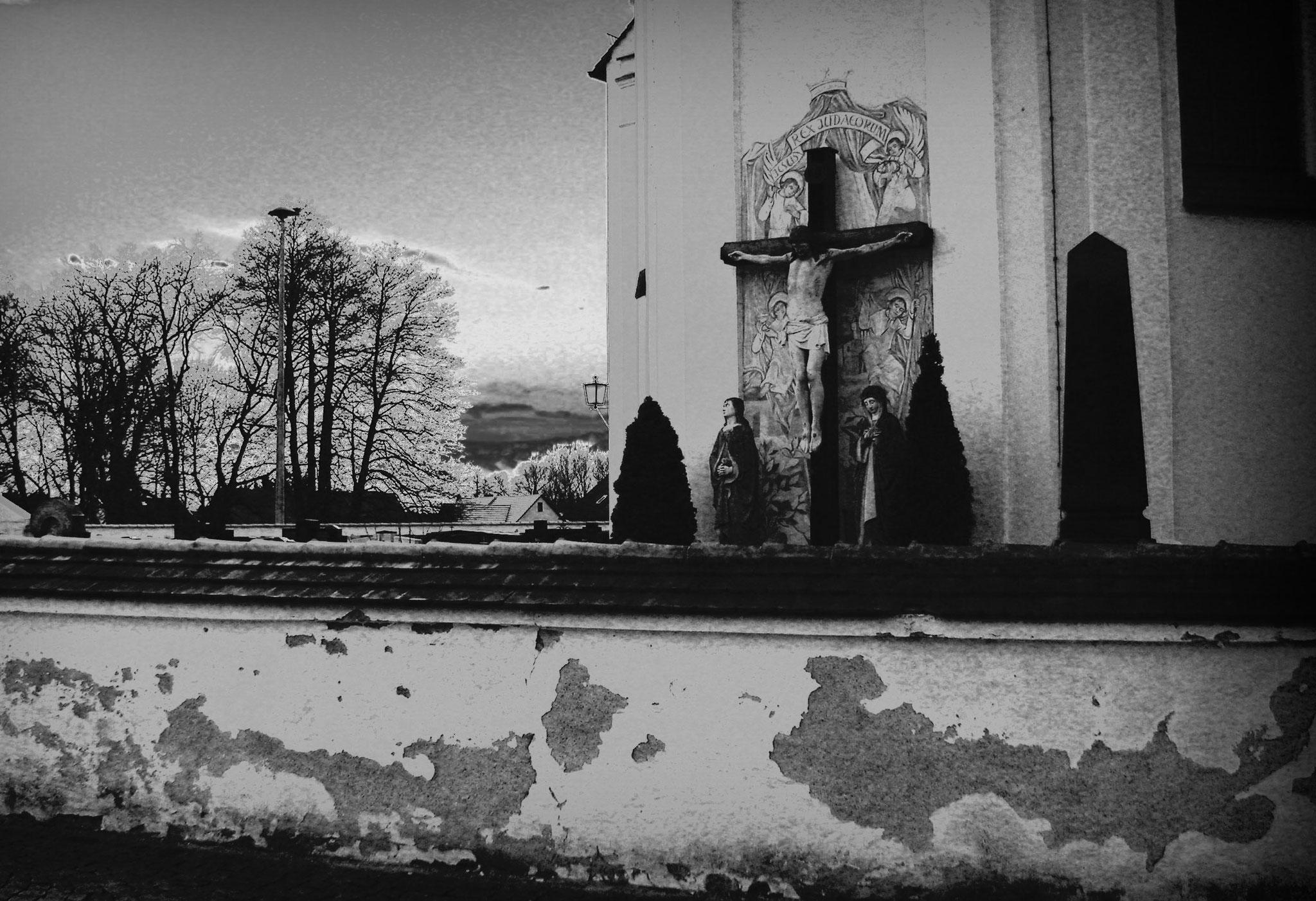 Hinter dieser Friedhofsmauer liegen die fünf Opfer und ihr Mörder bis zum heutigen Tag im selben Grab (siehe schwarzer Obelisk am rechten Bildrand)