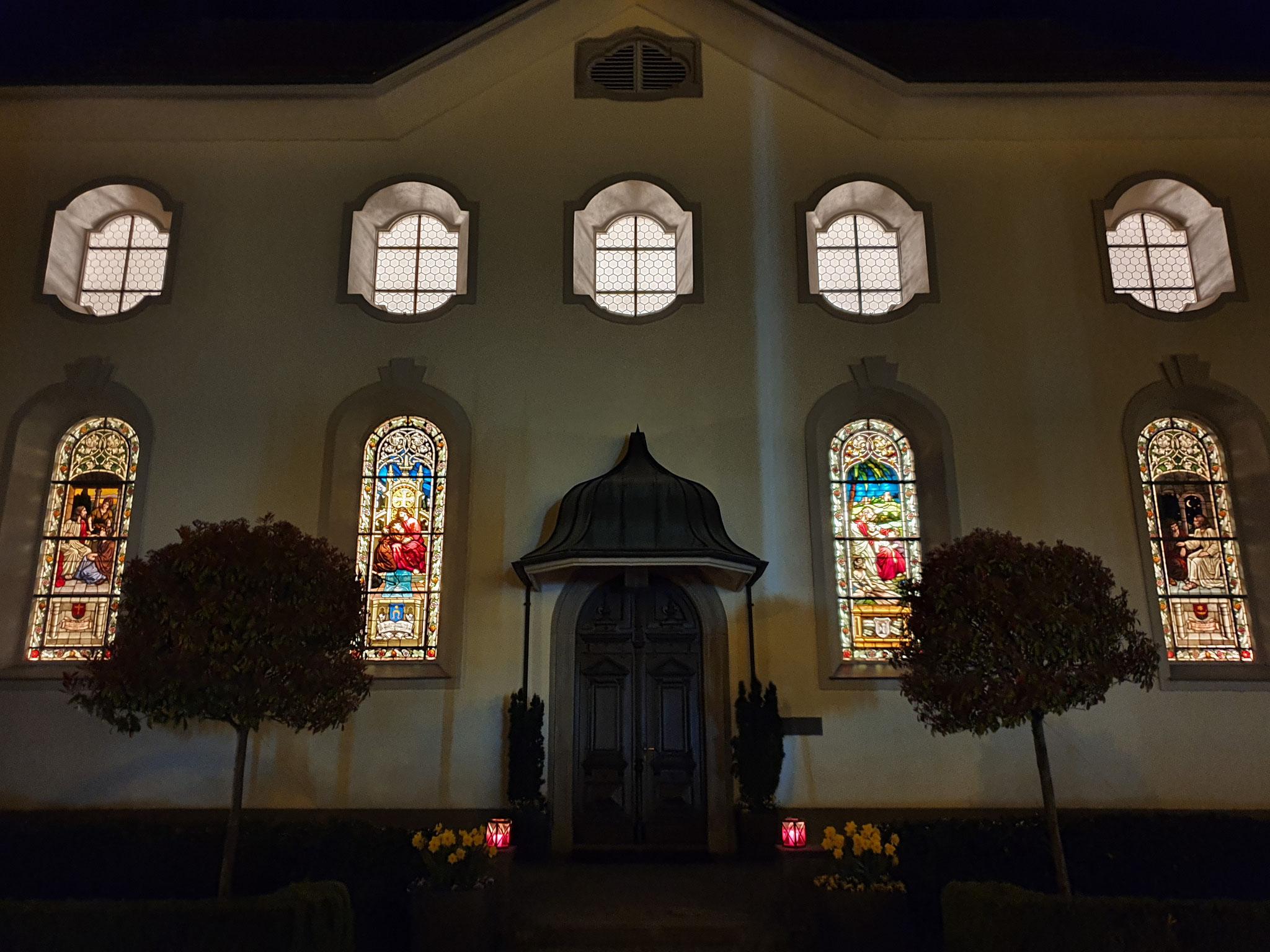 4 Kirche mit Glasfenster