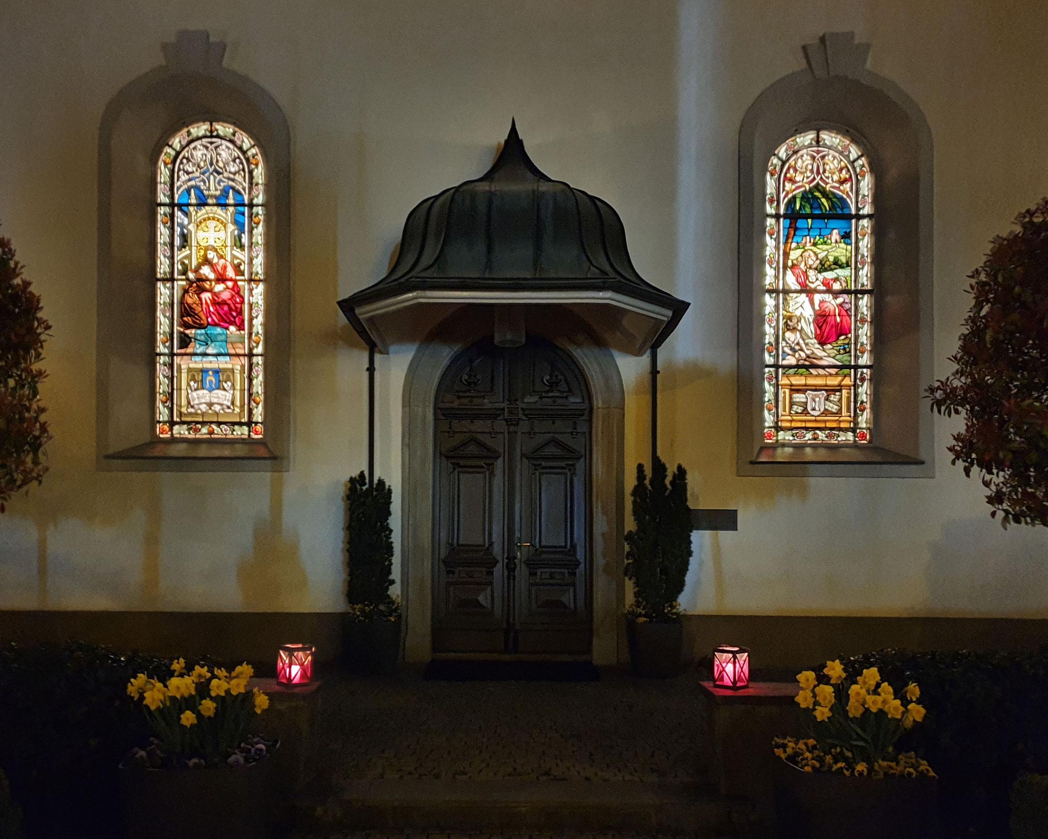 5 Kirchportal bei Nacht