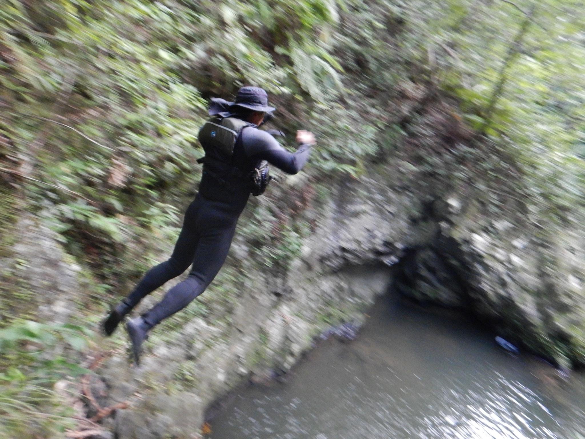 ジャンプもいいし、泳いでみるのもいいね。