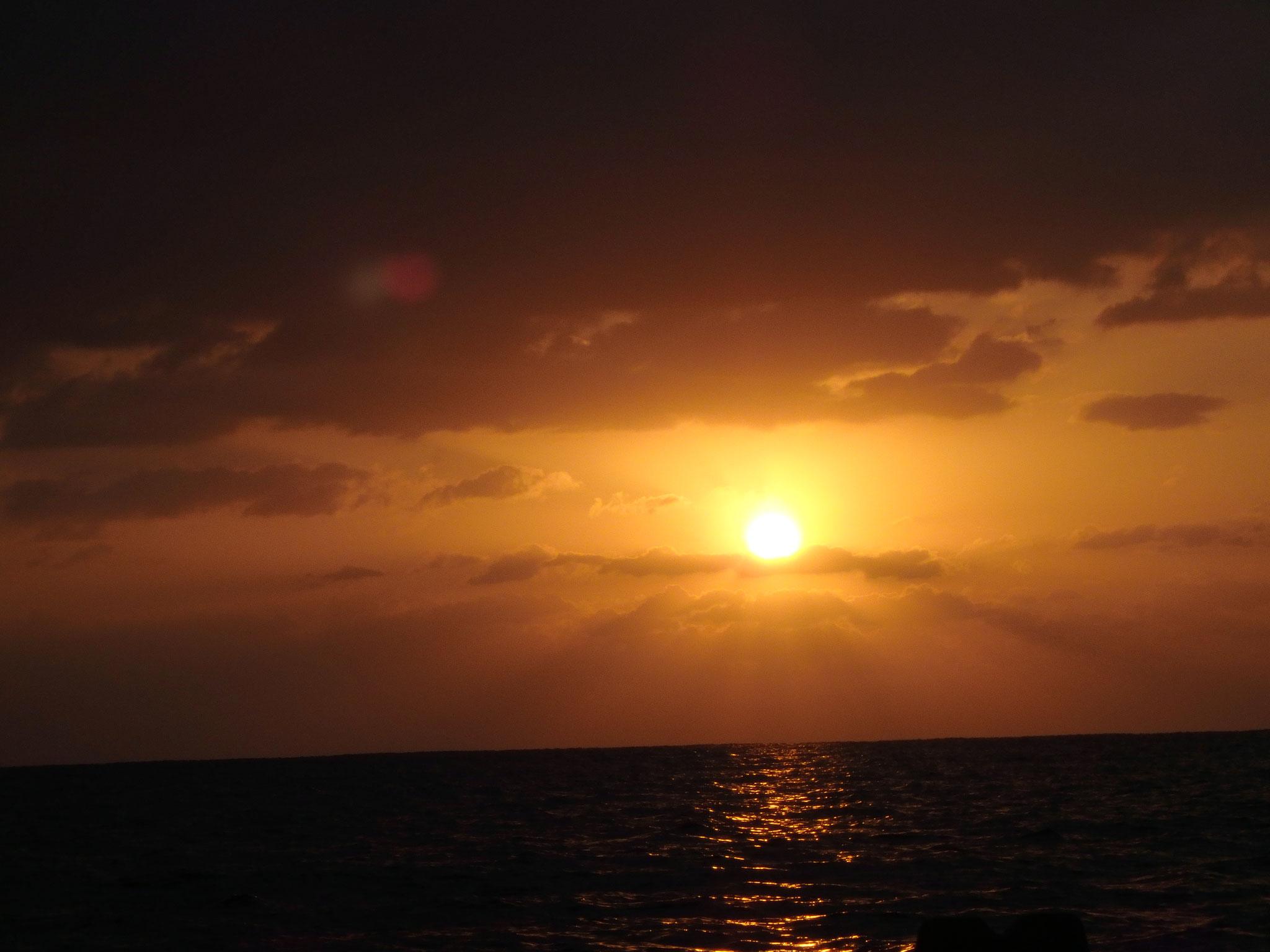 海から初日の出が上がる絶景