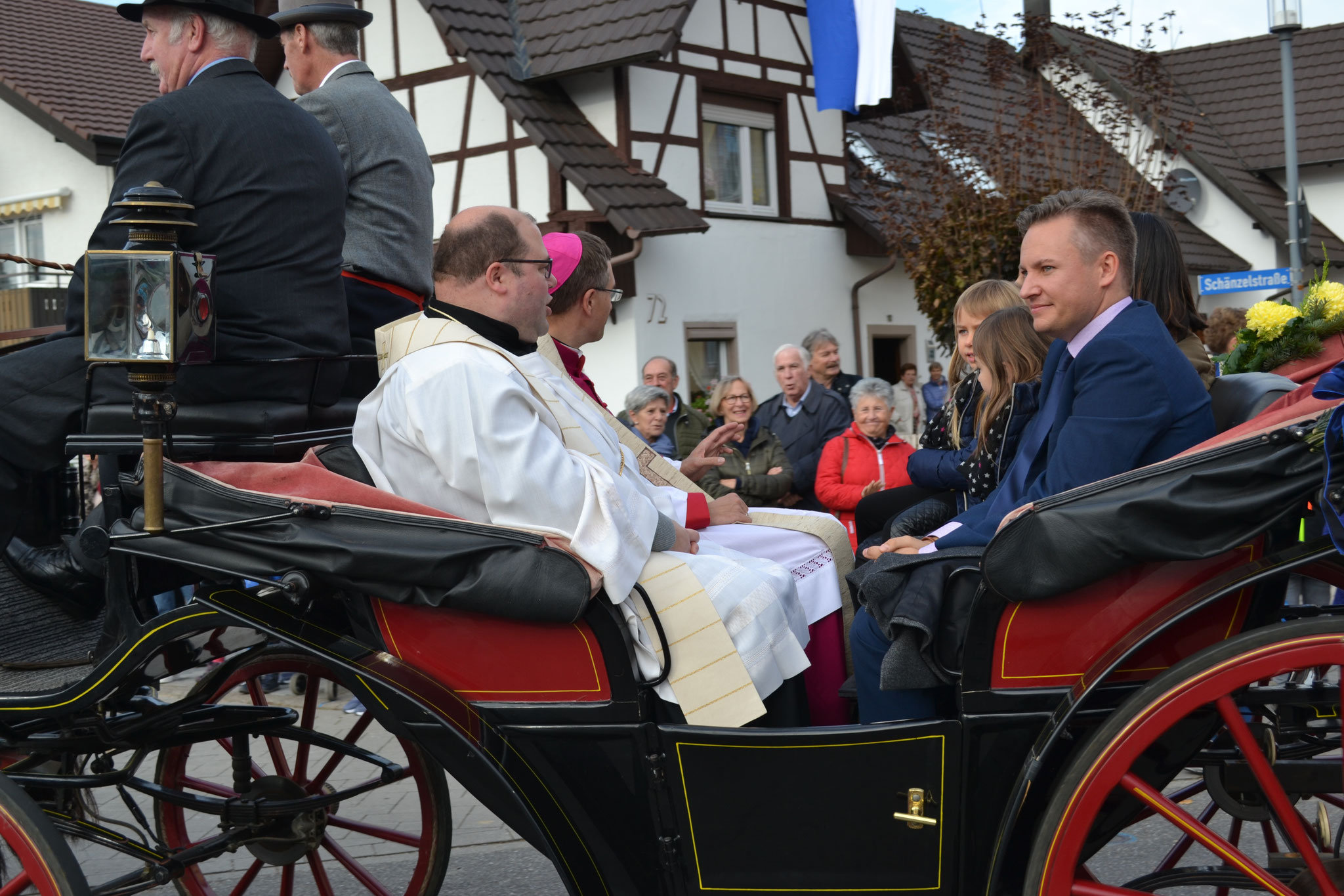 Transport en calèche du Maire, du Curé, et l'invité d'honneur Mgr Michael Gerber (aujourd'hui évêque de Fulda)             d'honneur