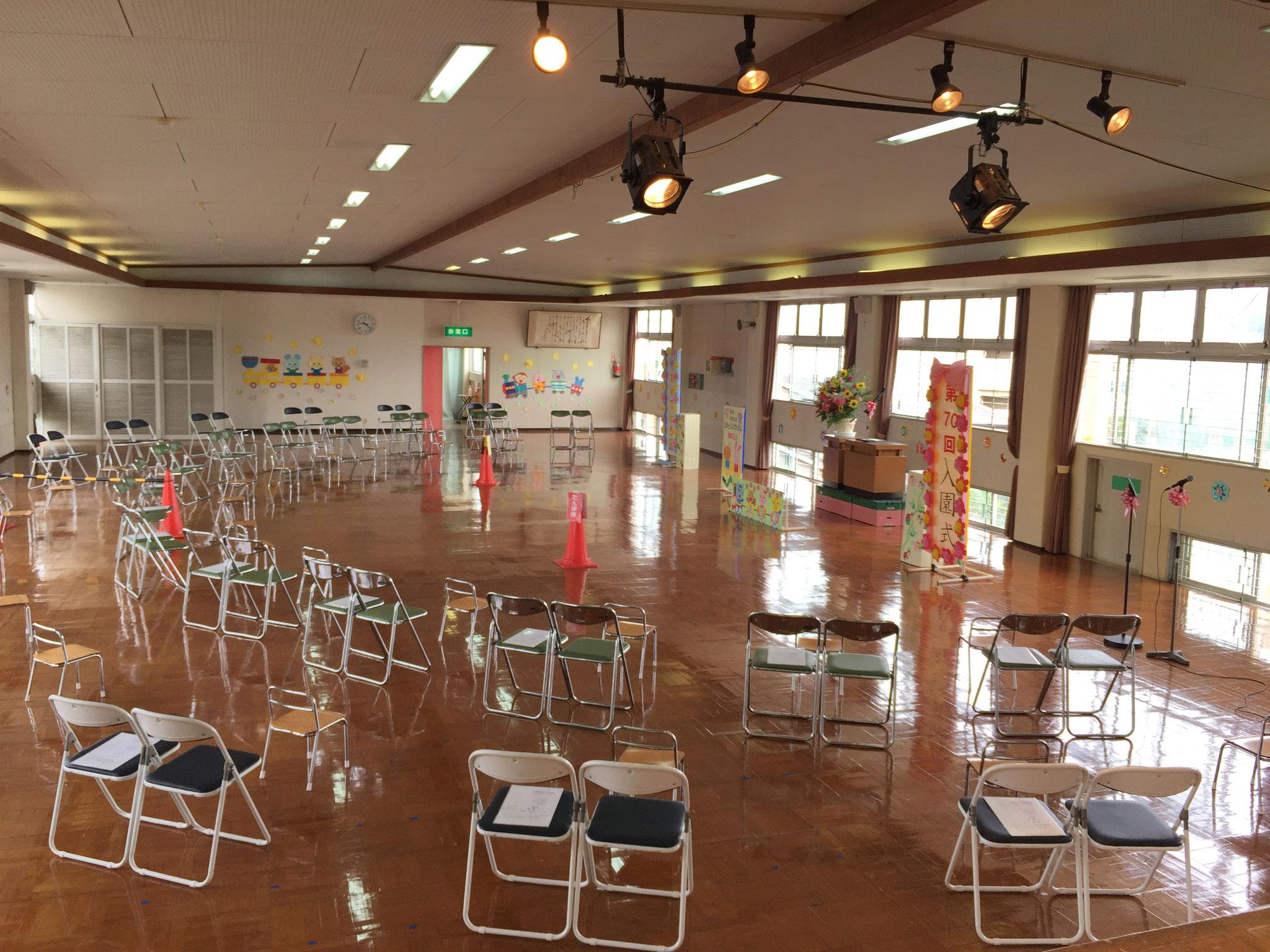 初めて3階ホールを横広に利用して入園式を行いました。