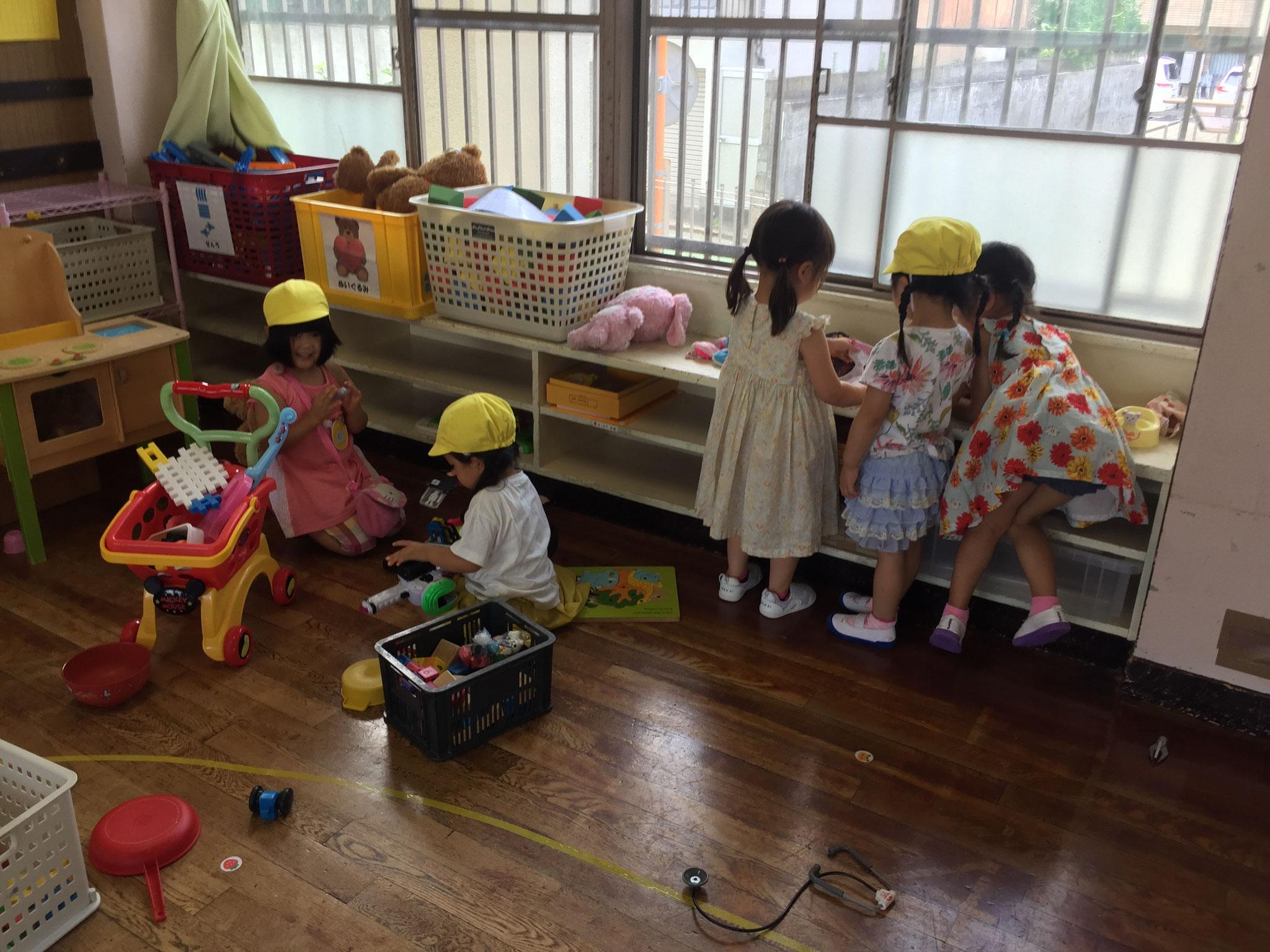 みんなグループになって遊んでいます。