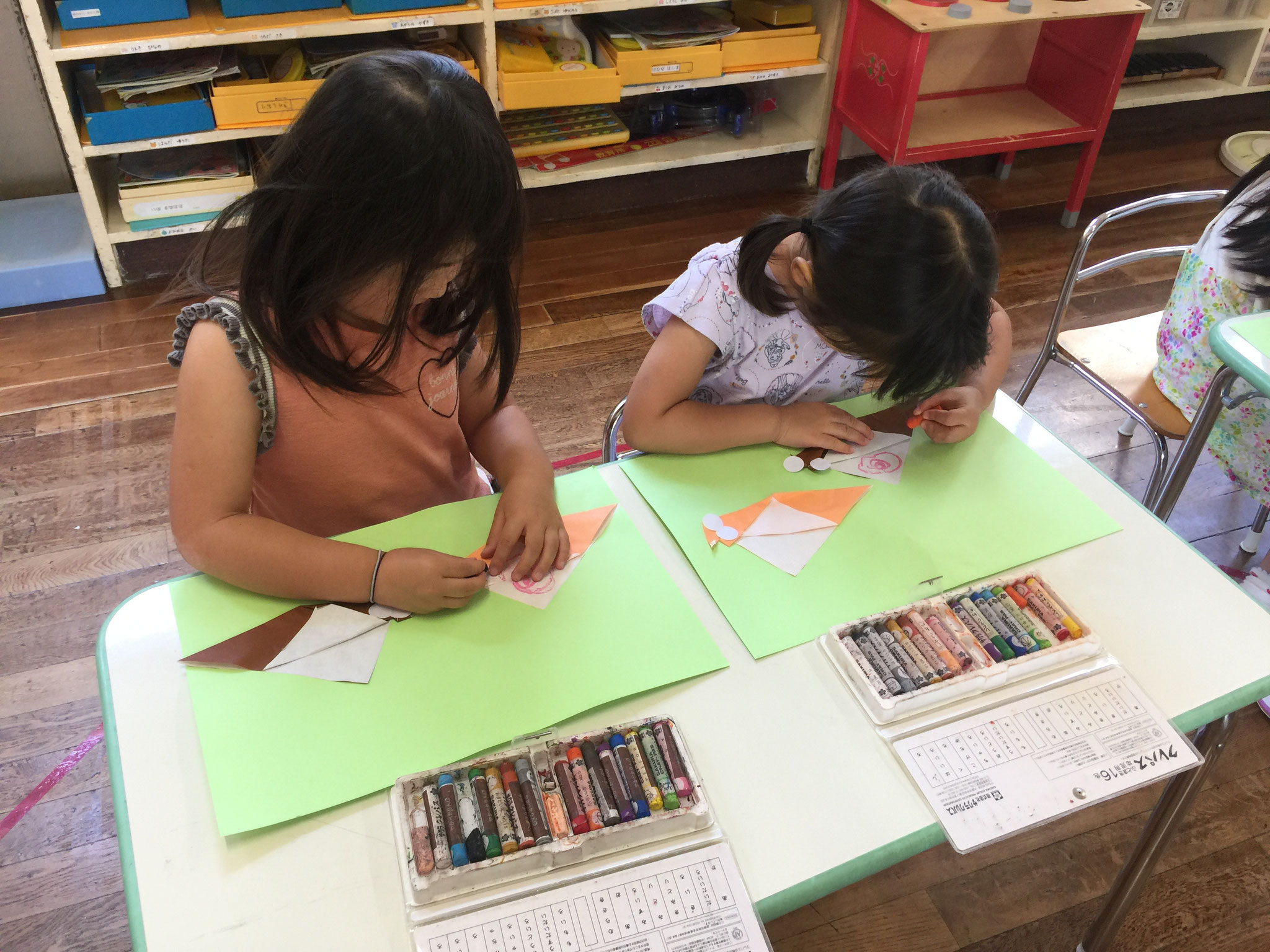 カタツムリの折り紙にクレパスでお絵かき。