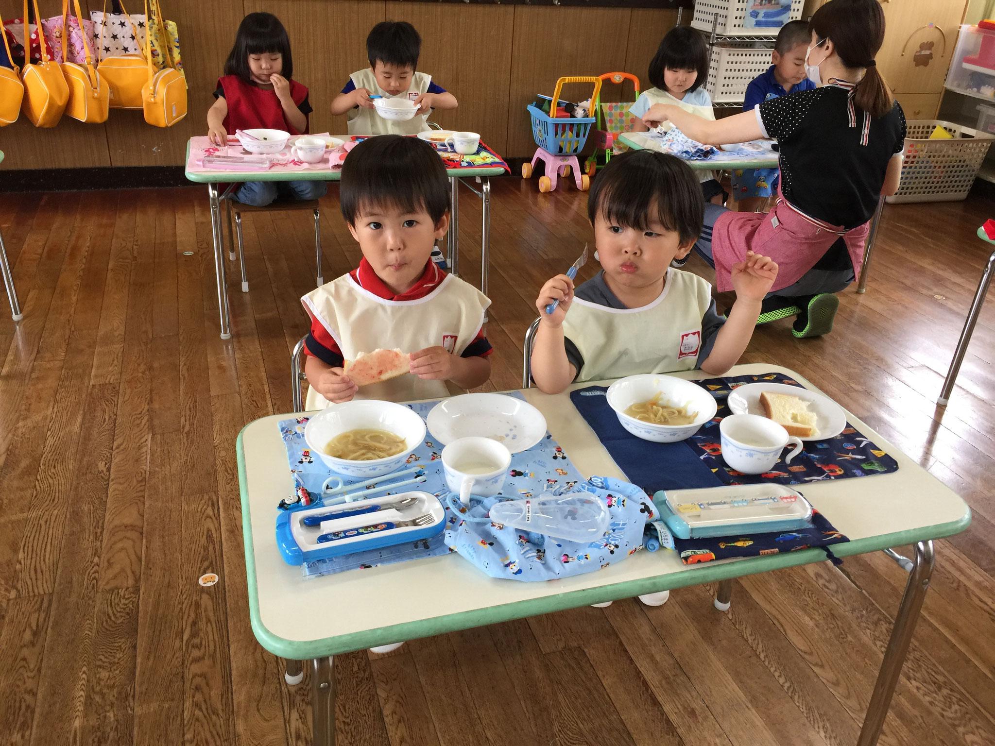 お友達と一緒に食べるの楽しいよね。