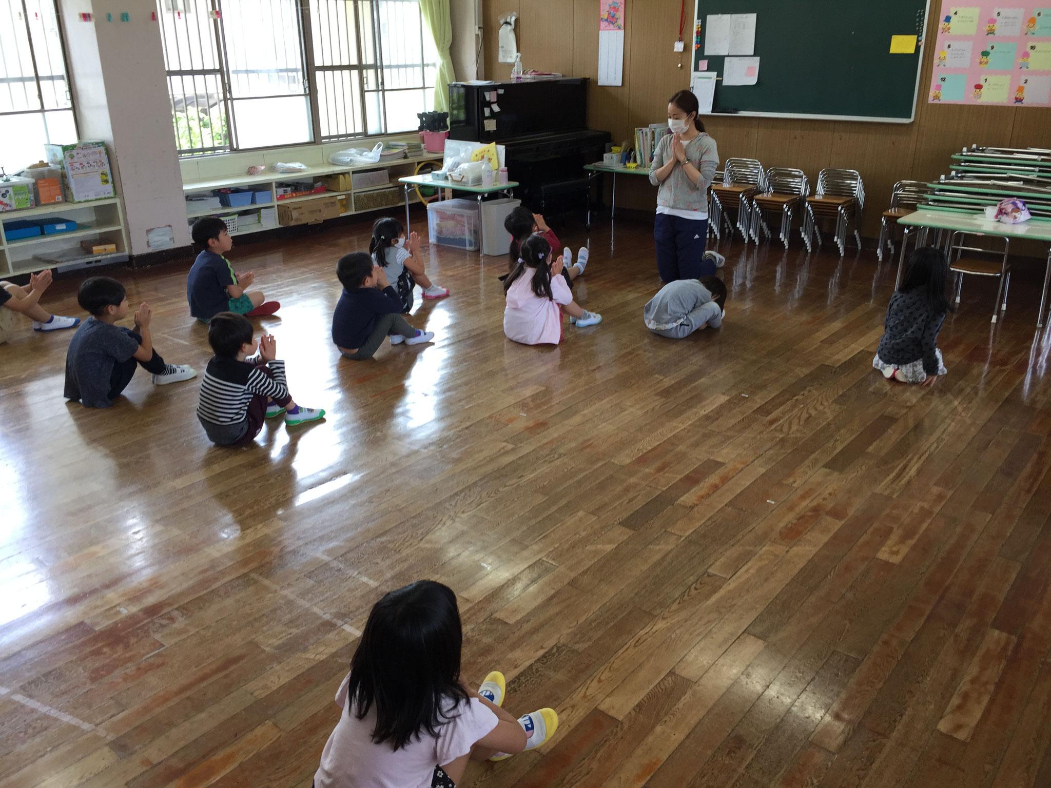 床に座る場所シールを貼って空間を広めに使ってます。