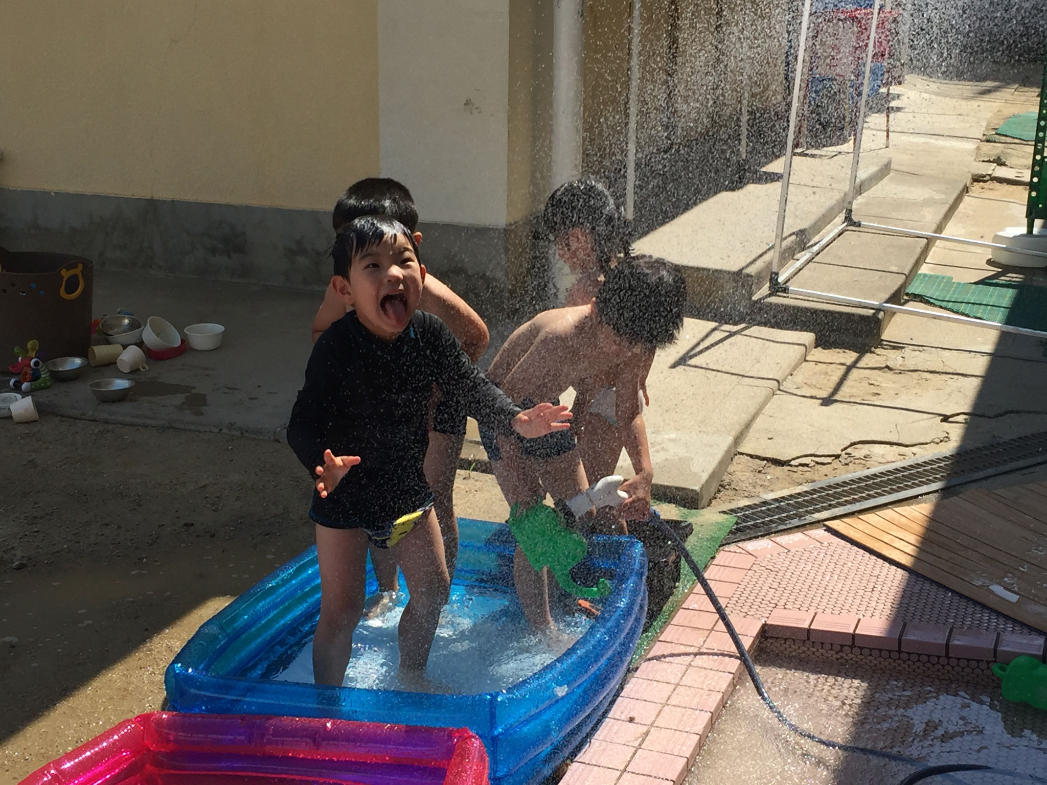 朝一番の水遊びはもも組さん。