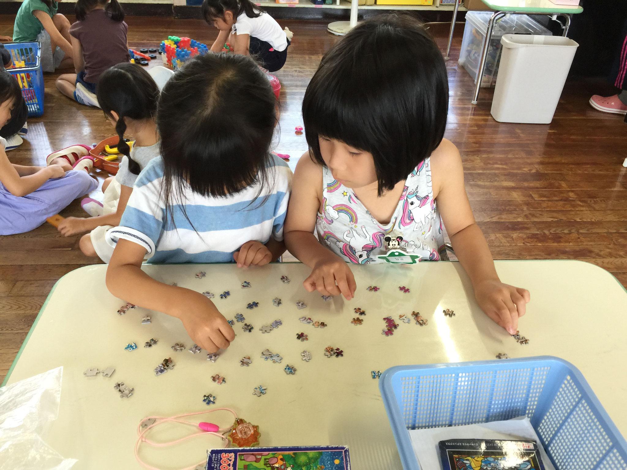 年長さんが遊ぶジグソーパズルは小さいです。