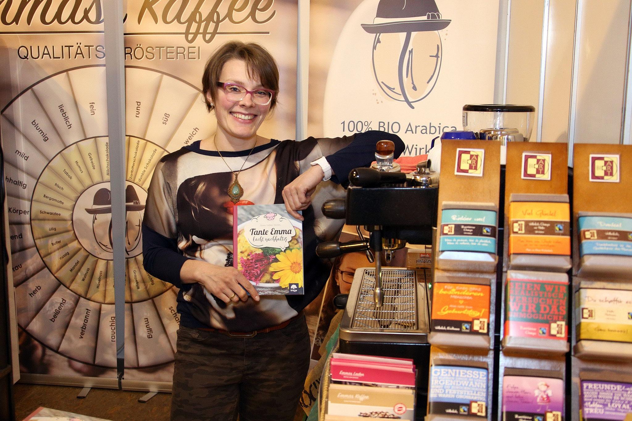 Martina Pauzenberger mit ihrem Buch Tante Emma kocht nachhaltig