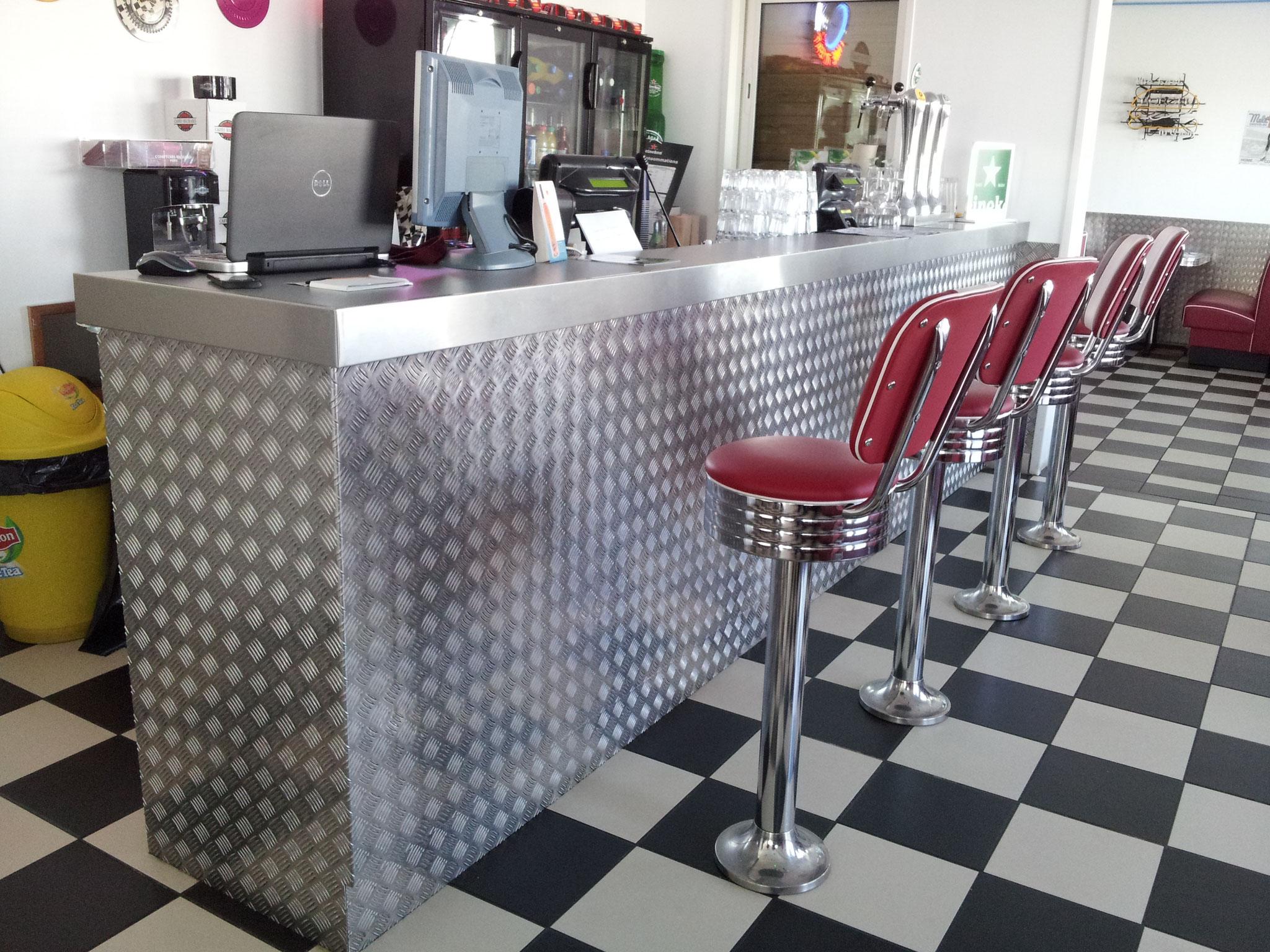 Bar vintage, inox et aluminium damier