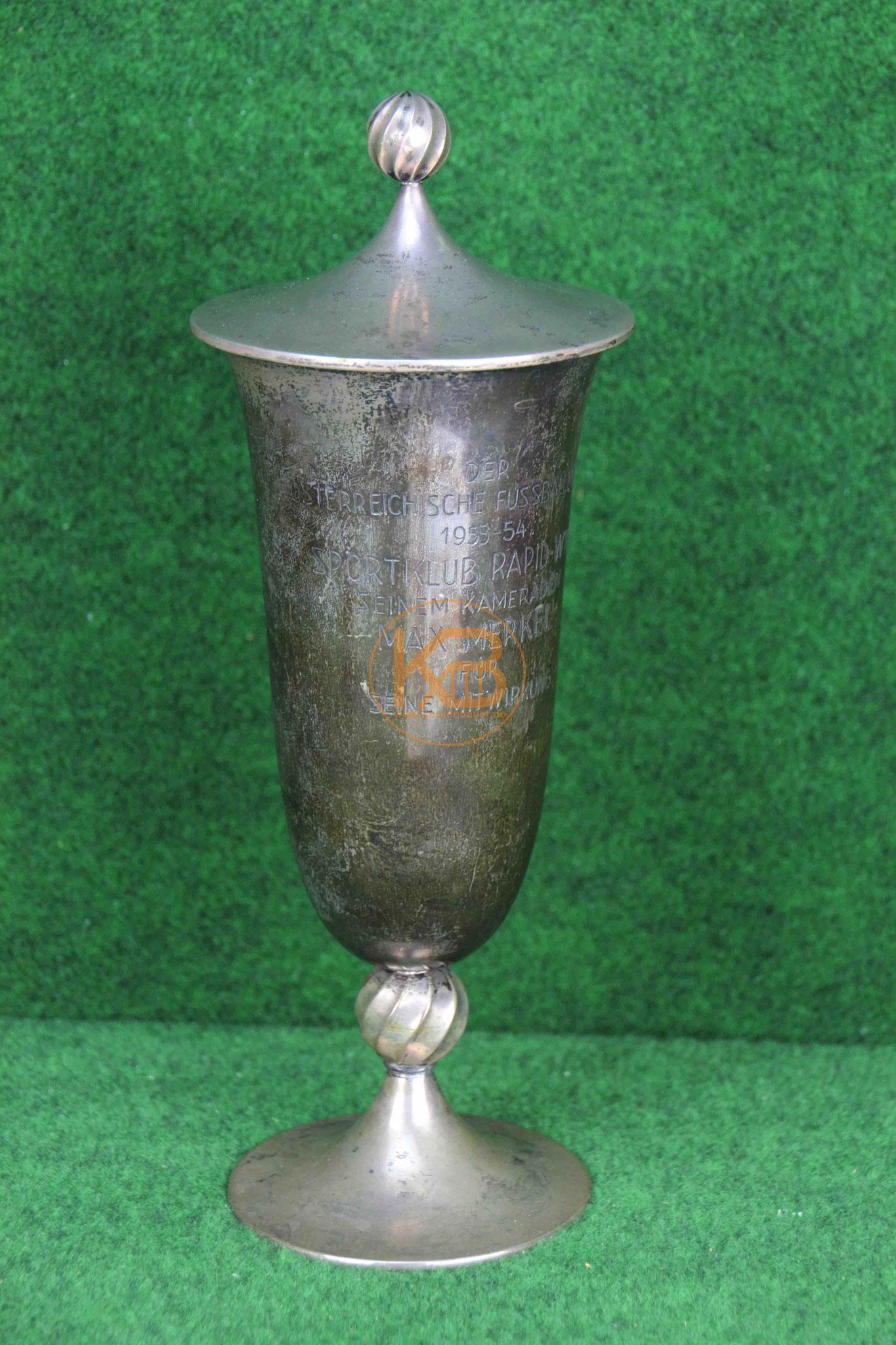 Ein Pokal, den Max Merkel für seine Verdienste bei der Meisterschaft mit Rapid Wien 1953/54 erhalten hat. 1/2