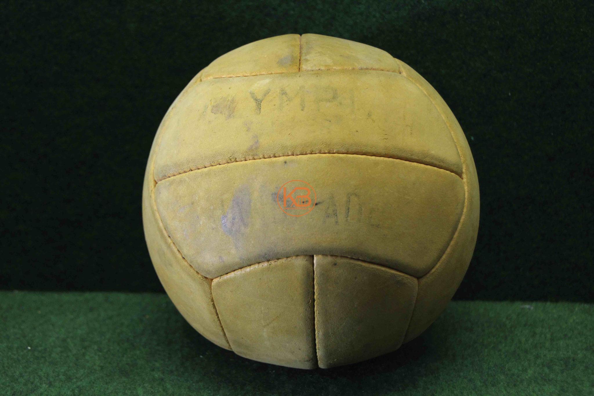 "Alter Lederball ""Olympia"" aus den 1950ern"