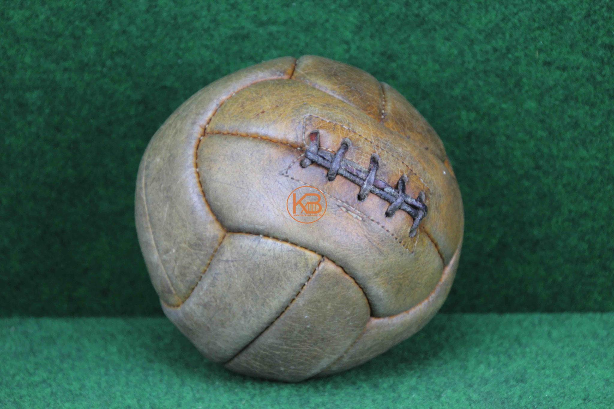 Alter Lederball aus den 1940ern
