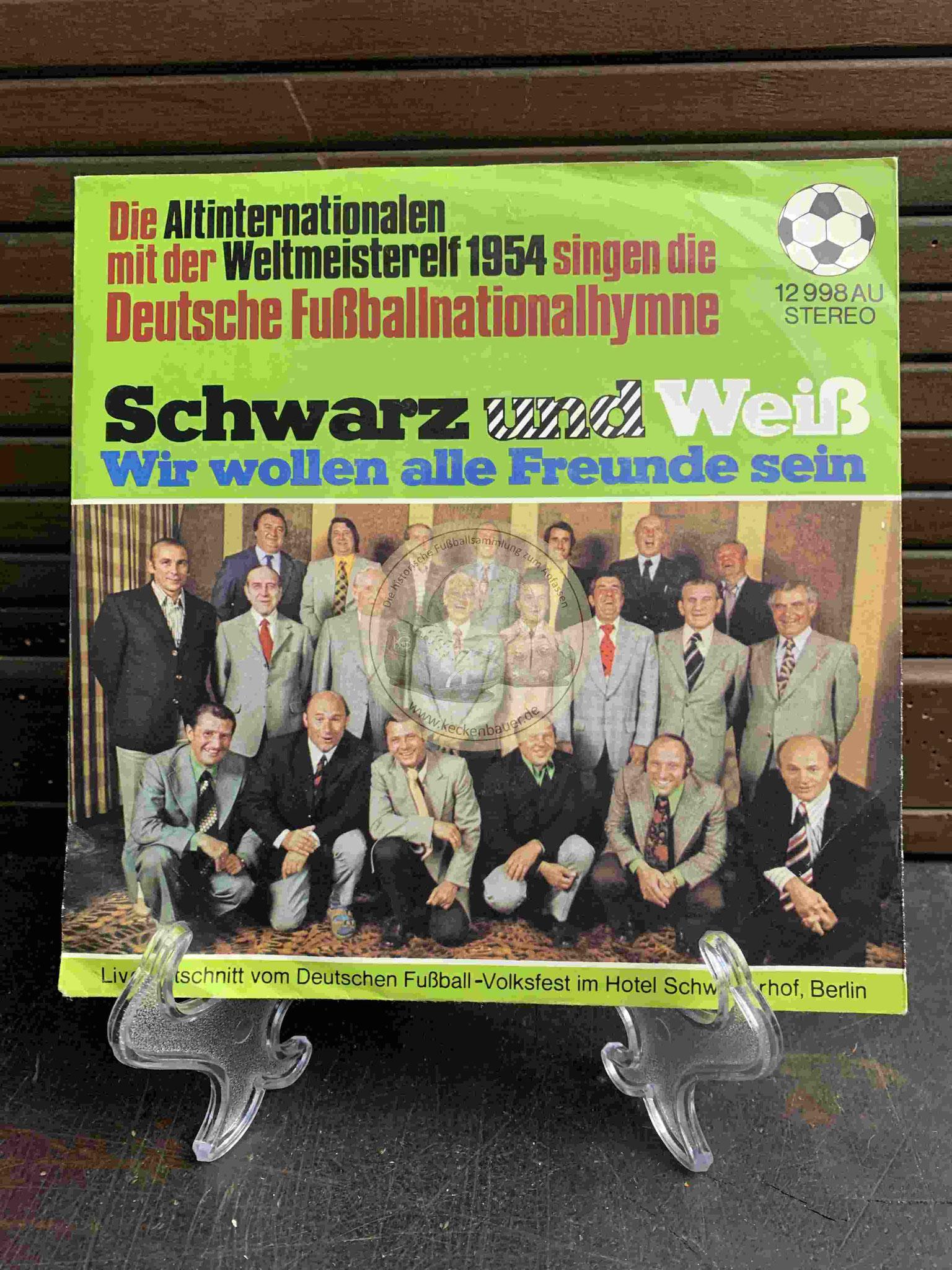 1973 Die Altinternationalen mit der Weltmeisterelf 1954 singen die Deutsche Nationalhymne