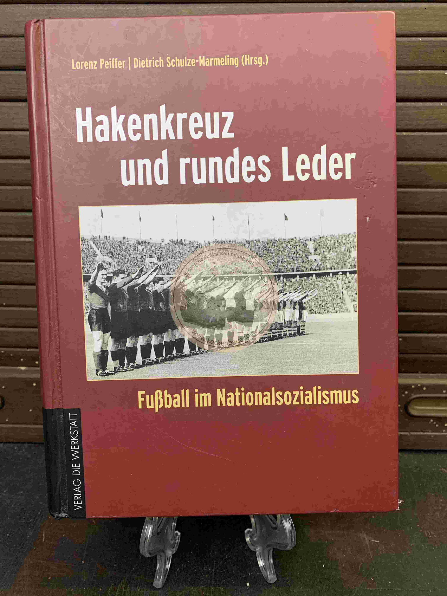 Hakenkreuz und rundes Leder Fußball im Nationalsozialismus aus dem Jahr 2008