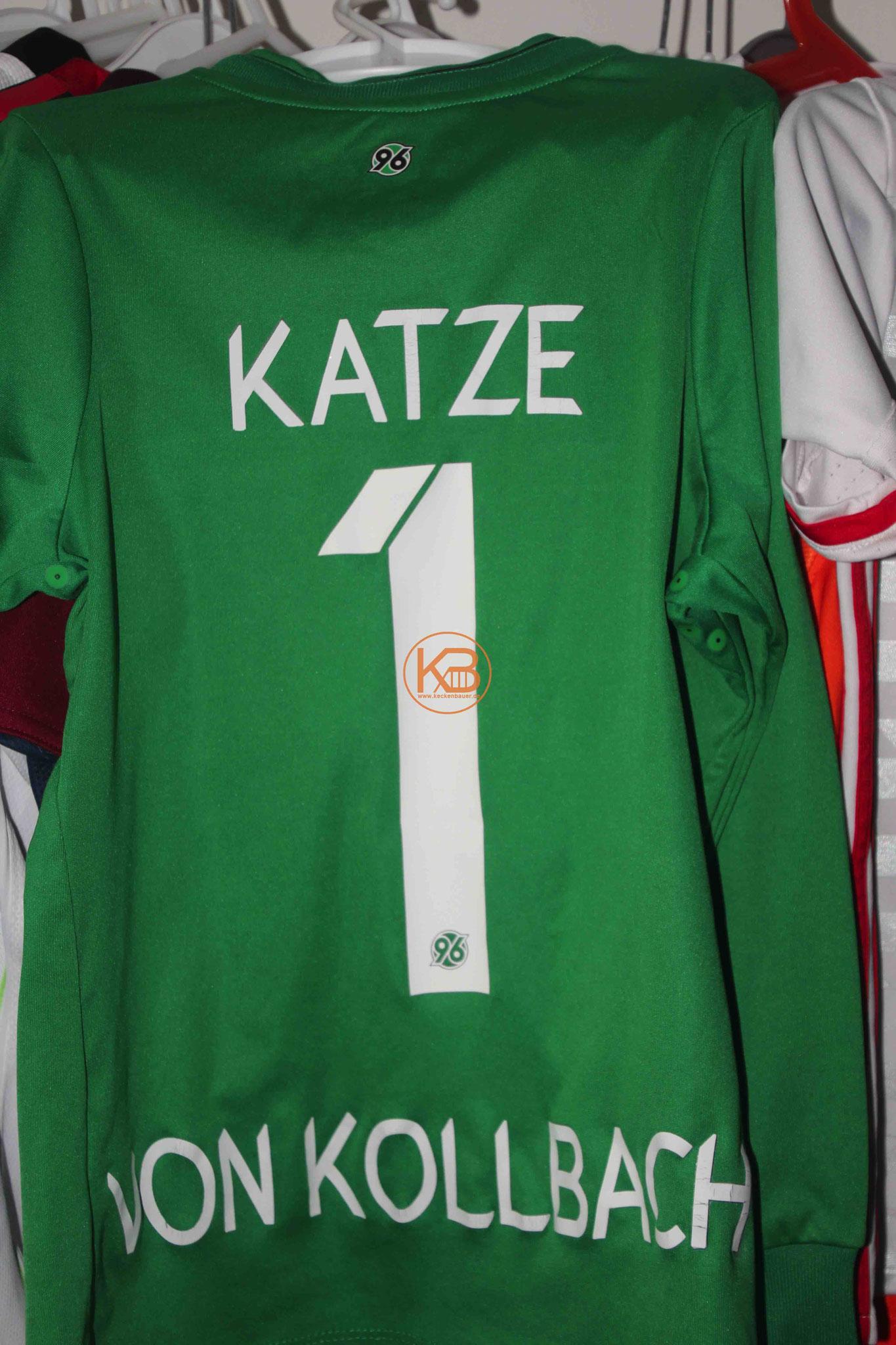 """Sein erstes Trikot mit Eigennamen von Hannover 96 mit der Nummer 1 und der """"Katze von Kollbach"""" 2/2"""