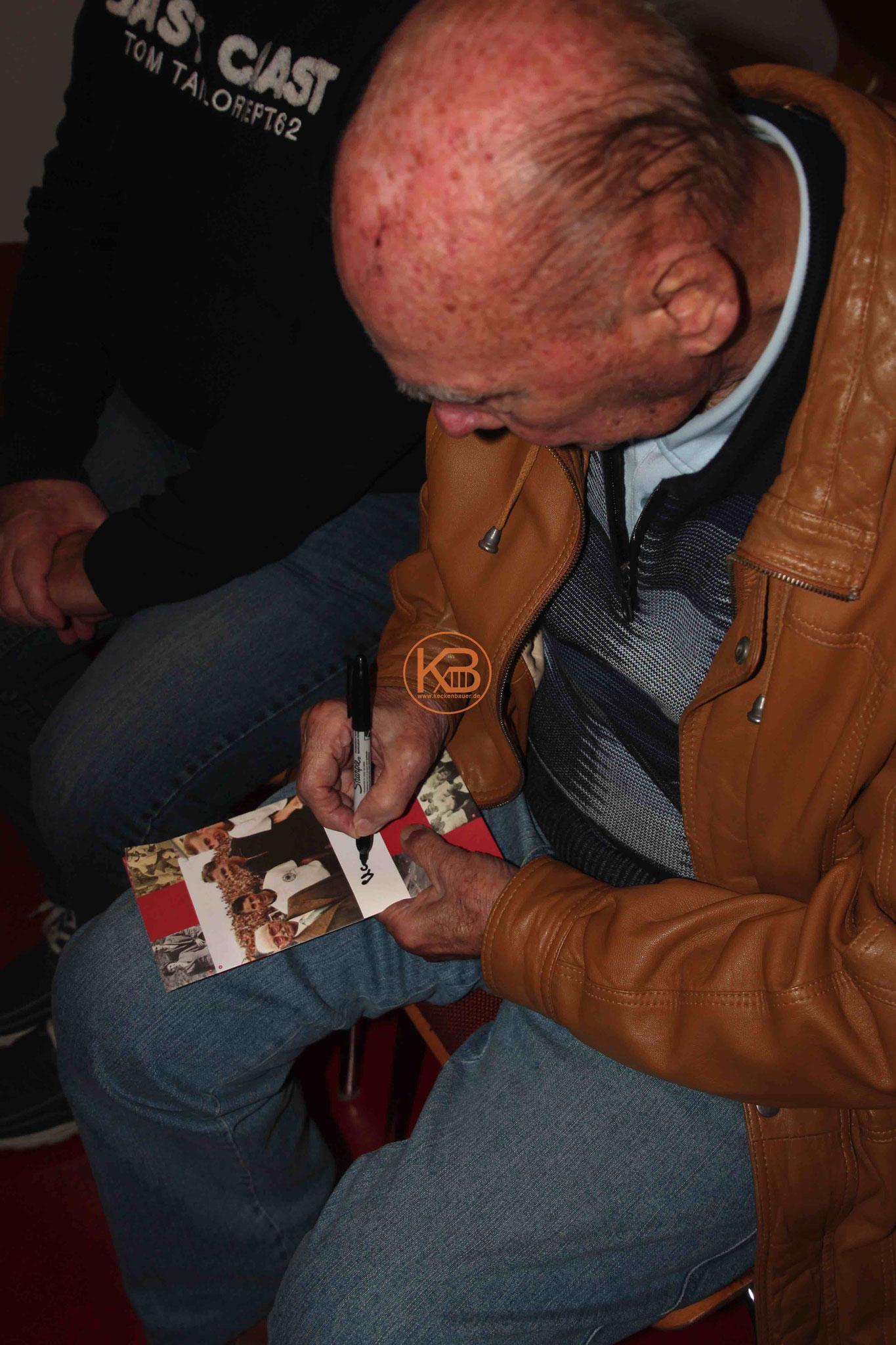 Horst Eckel beim Autogramm schreiben