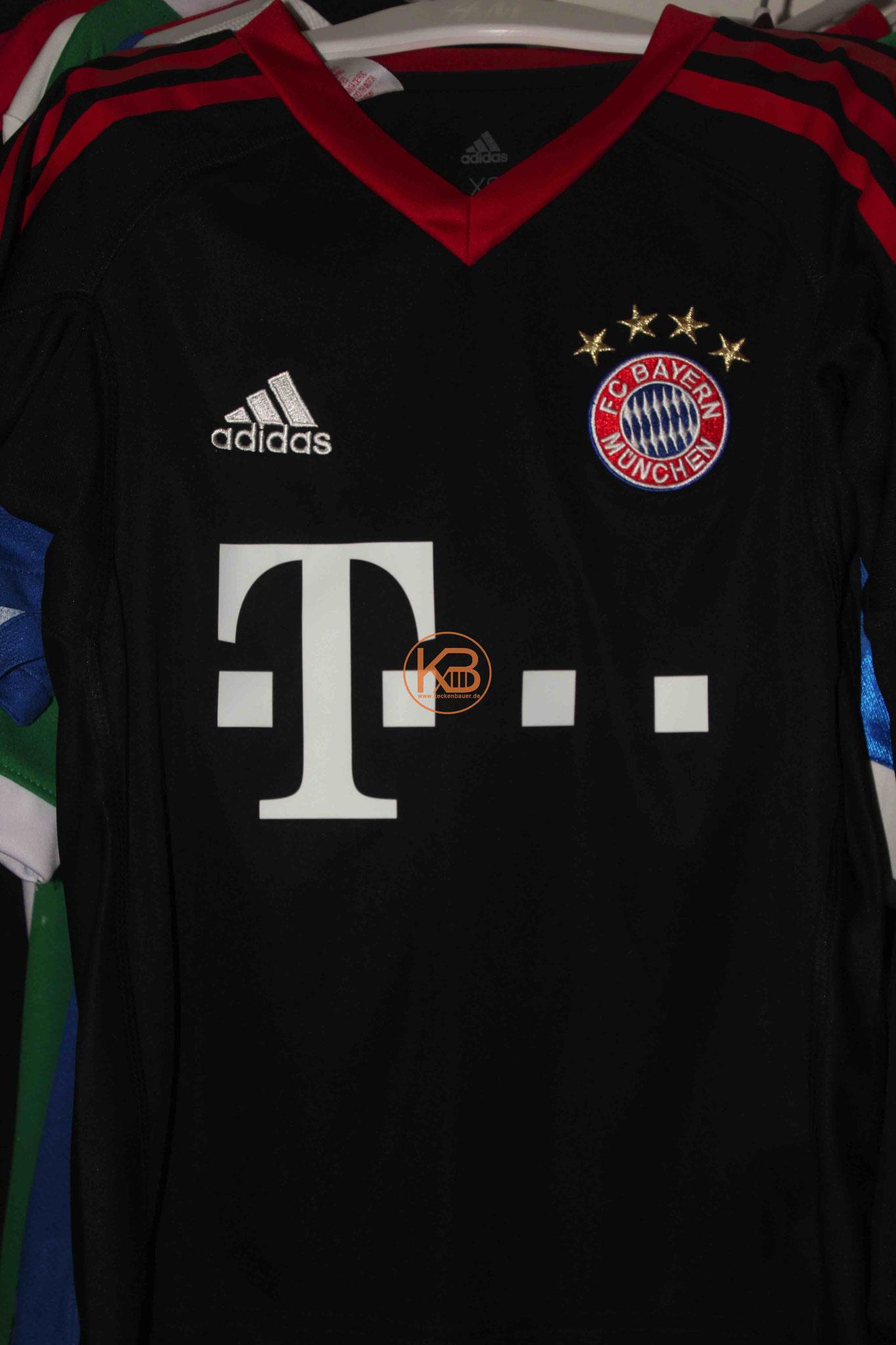 """Trikot mit Eigennamen vom FC Bayern München mit """"seiner"""" Nummer 8 1/2"""