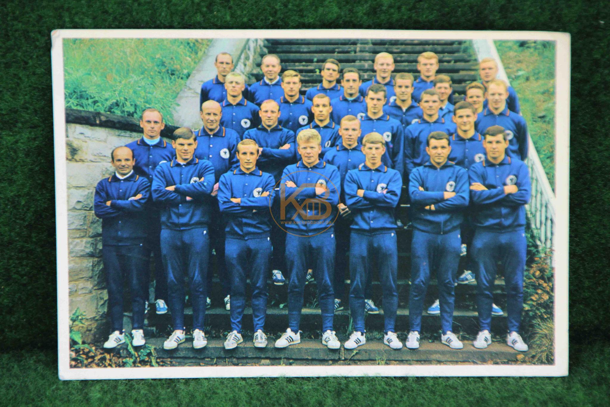 Ansichtskarte der Deutschen Nationalmannschaft von 1966 mit allen original Unterschriften aus dem Nachlass von Max Merkel 1/2