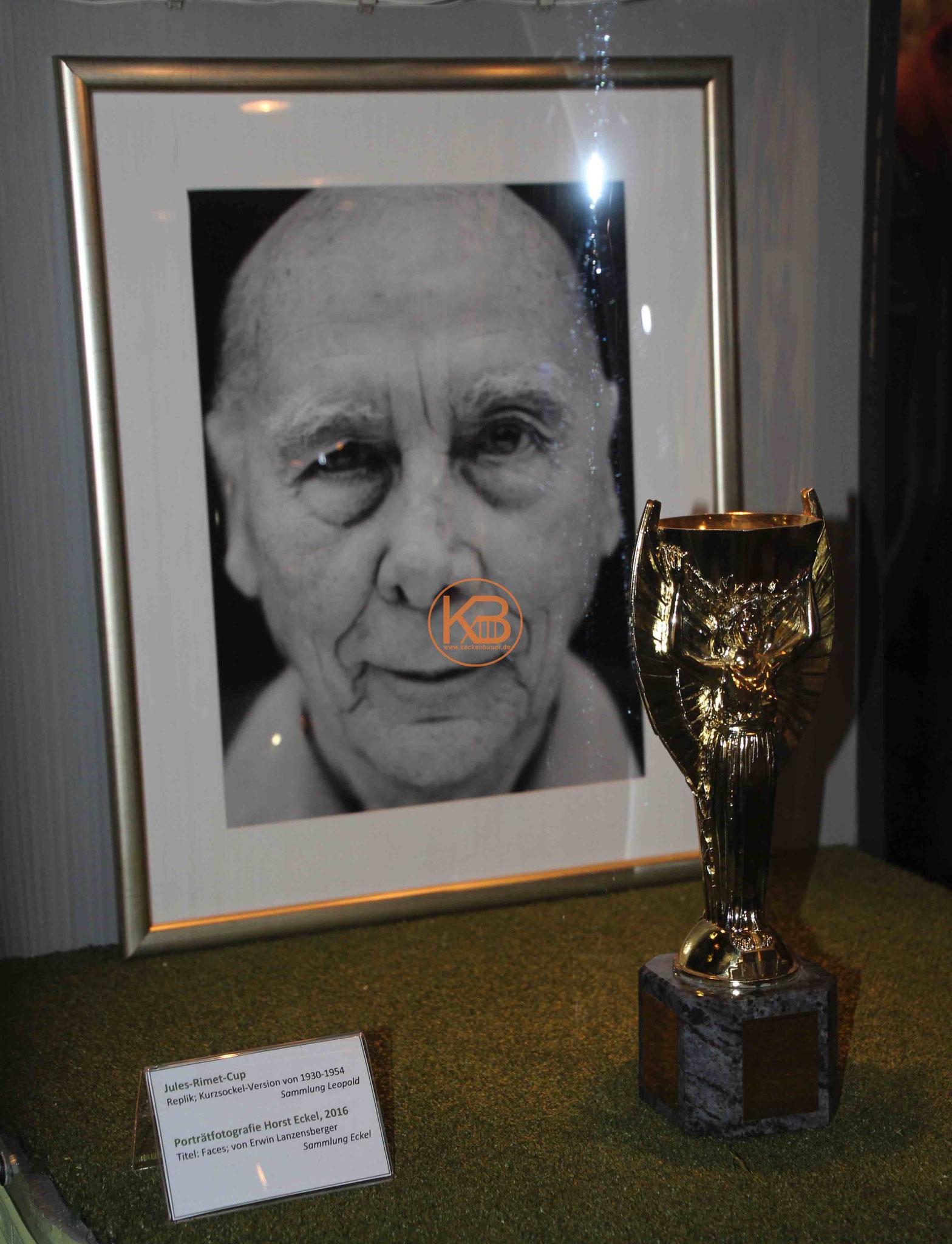 Ein Bild von Horst Eckel mit dem Cup Jules Rimet
