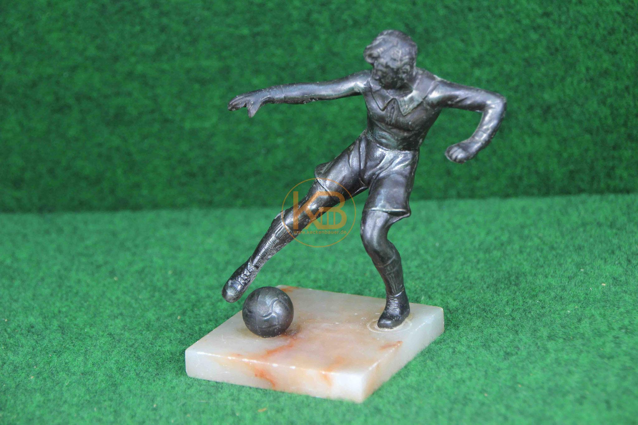 Alte Figur Fussballspieler beim Schuss ca. aus den 30er - 40er Jahren. Sehr schöne realistisch dargestellte Figur auf einem Marmorsockel.