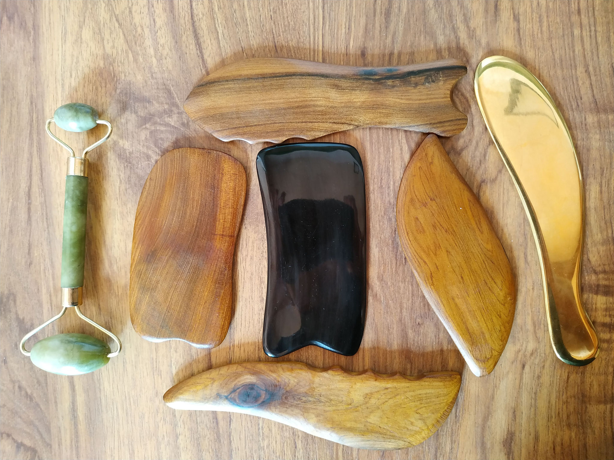 Assortiment d'outils de Guasha et Jade Roller pour le massage.