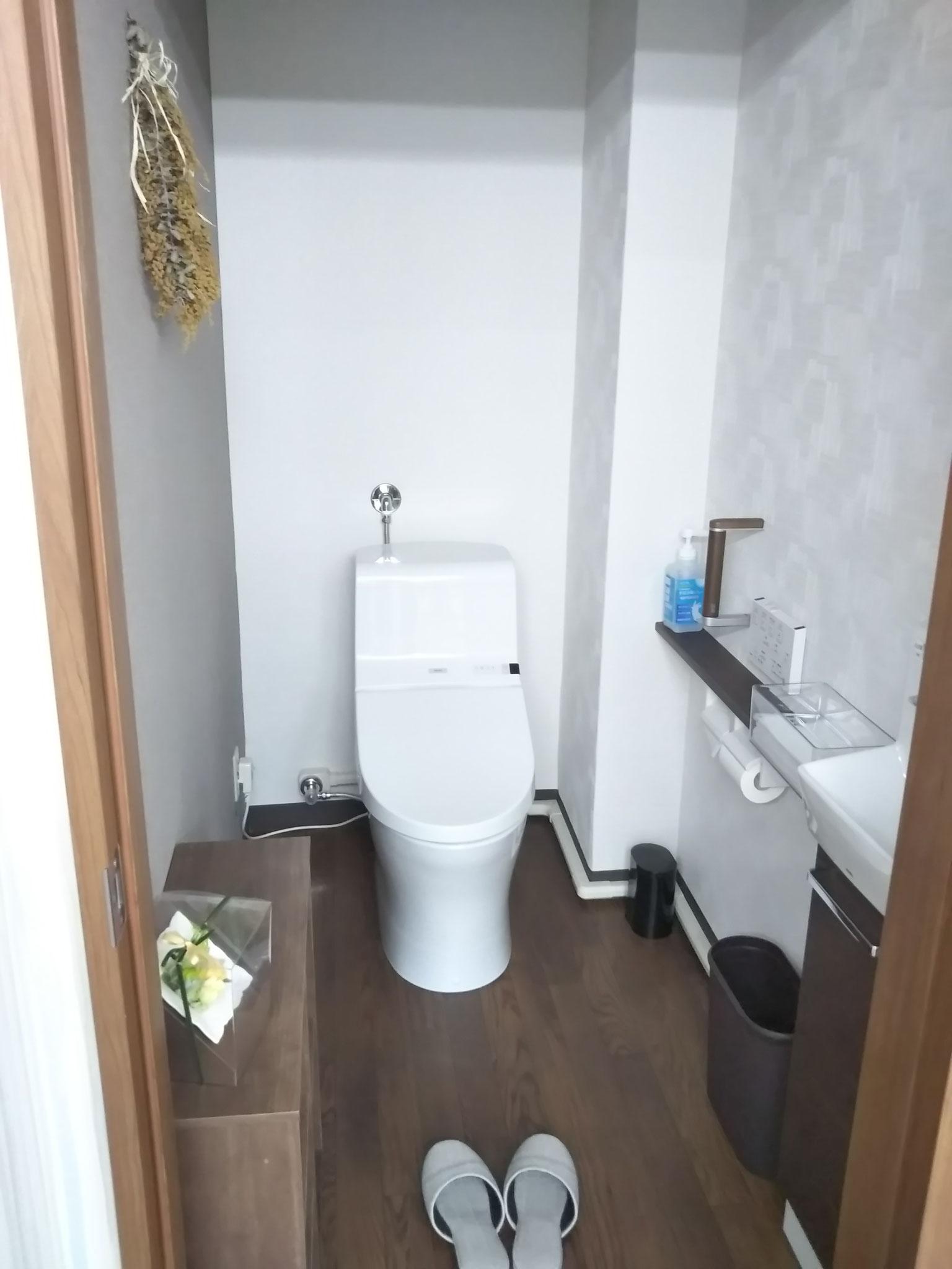清潔なトイレ 手すりがついています