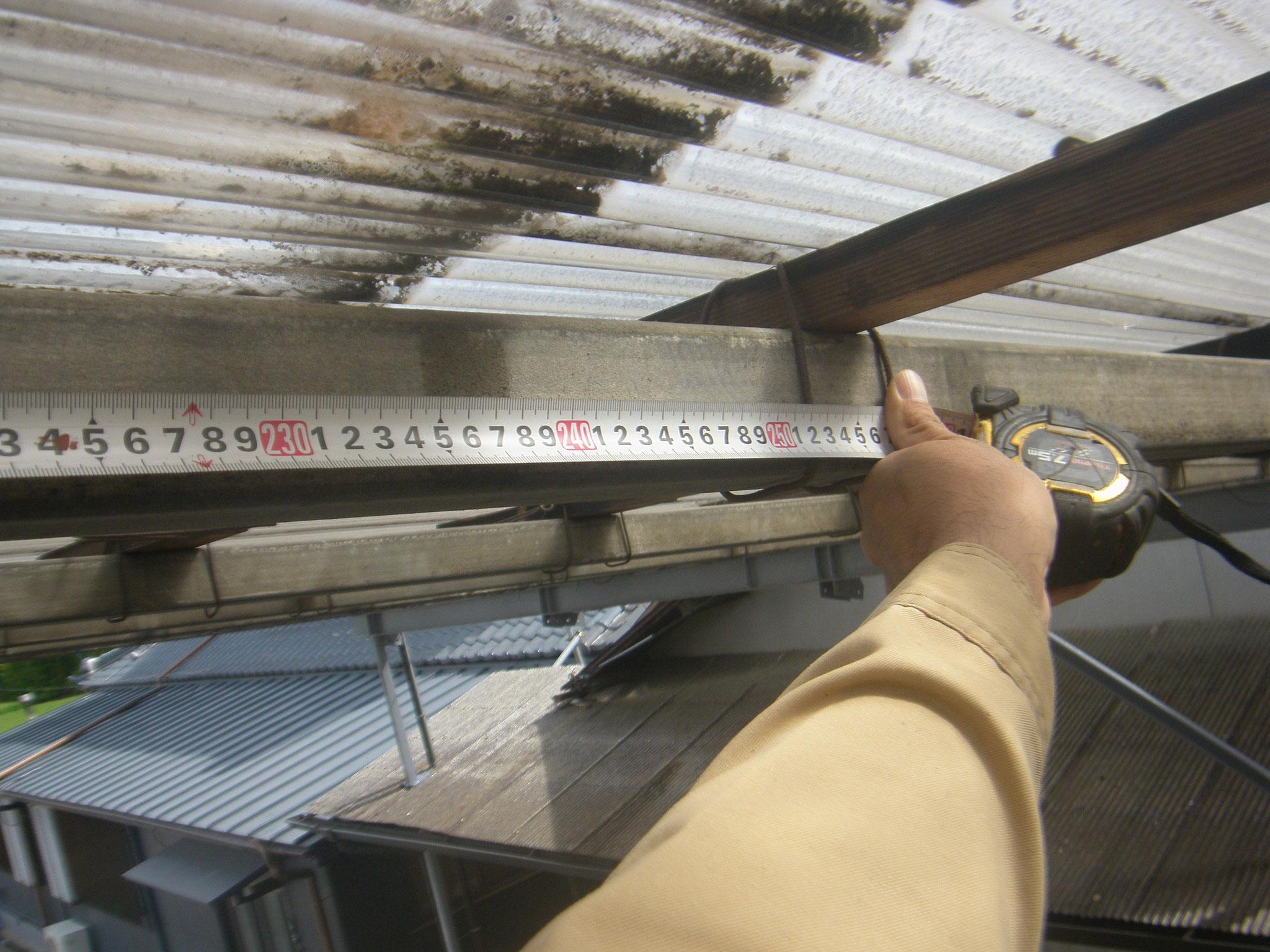 通路屋根鉄骨補強工事の工程写真