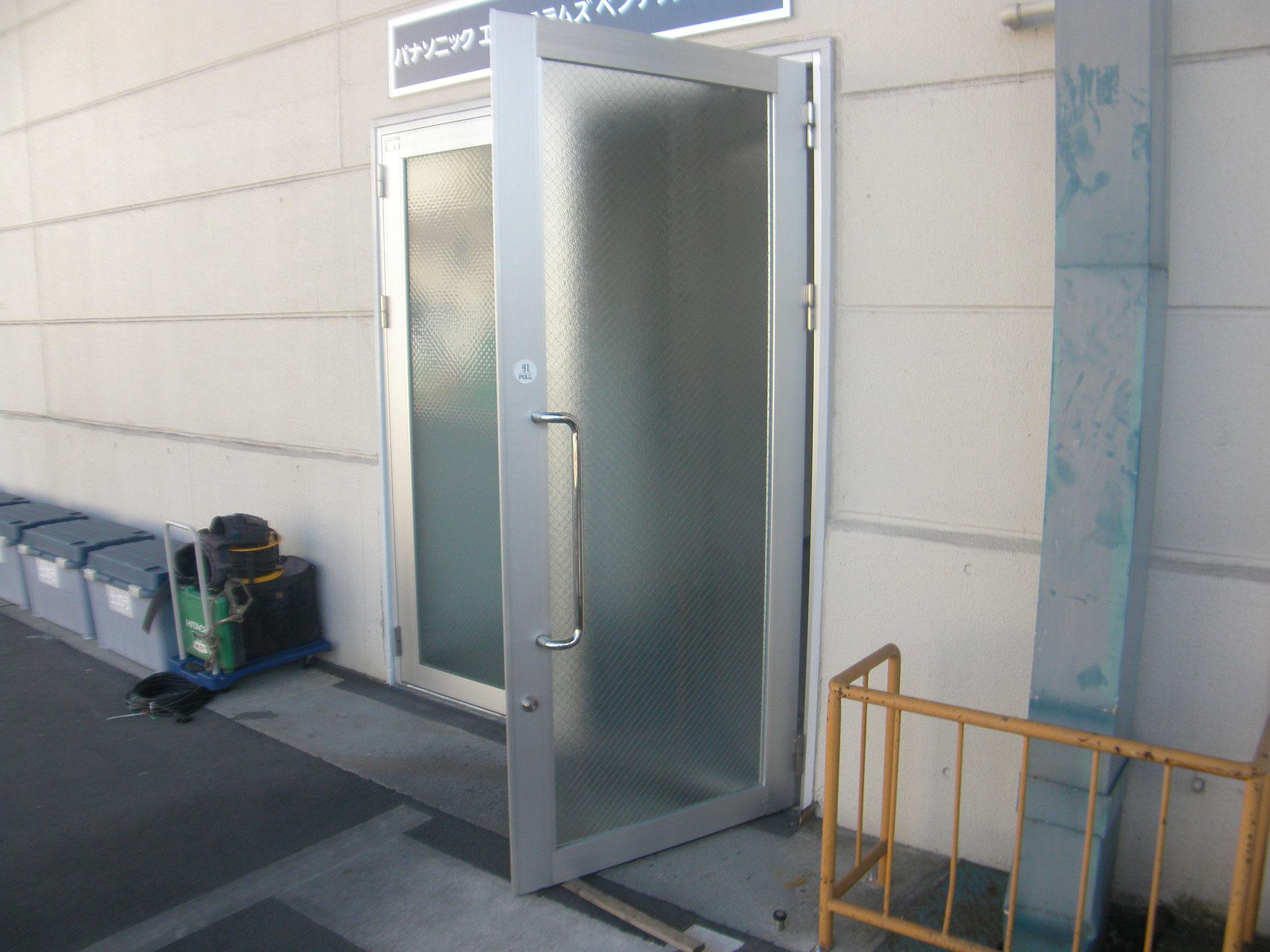 両開きアルミ扉改修工事:工程写真