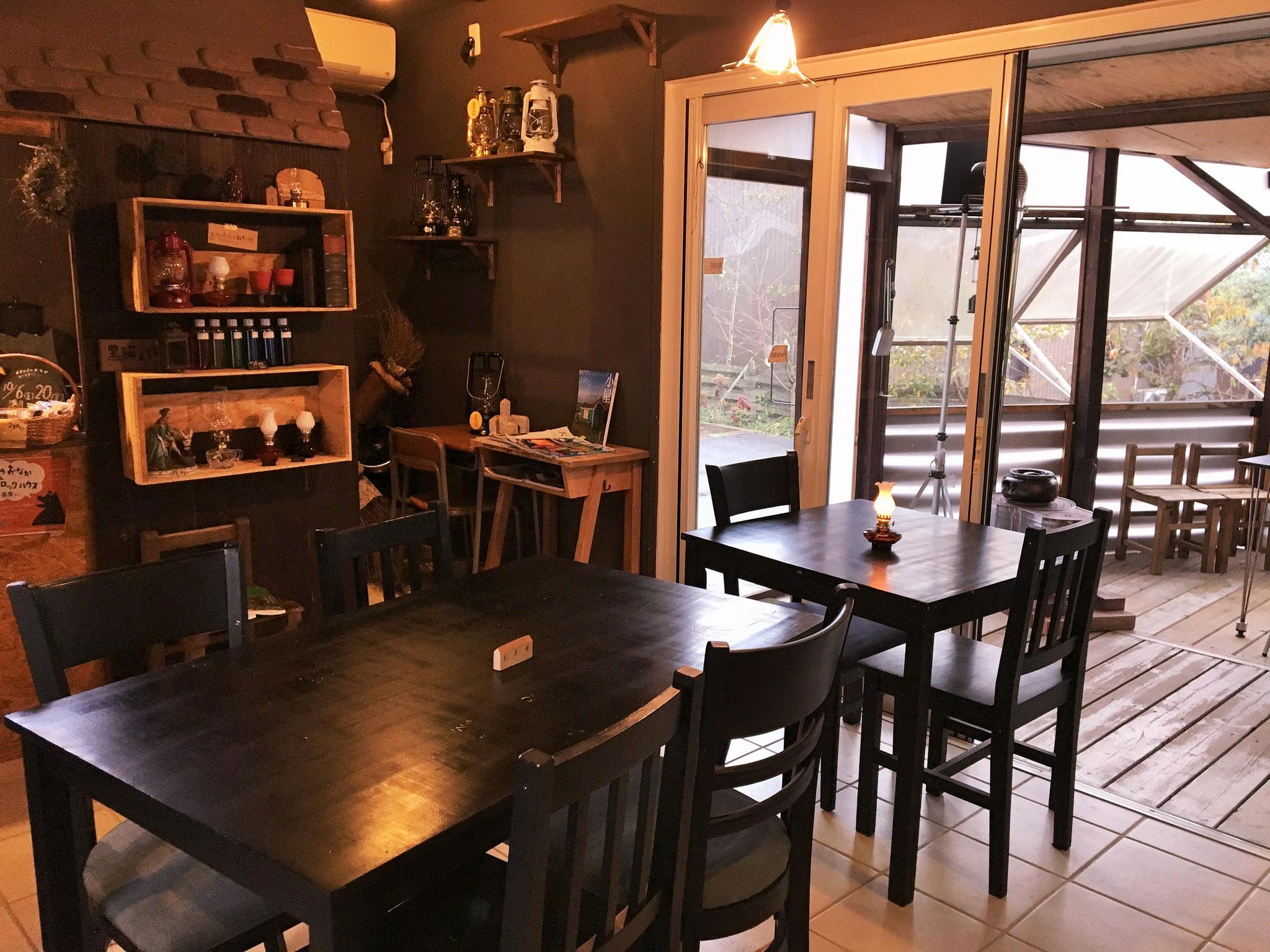 黒猫とほうき@Tane Cafe