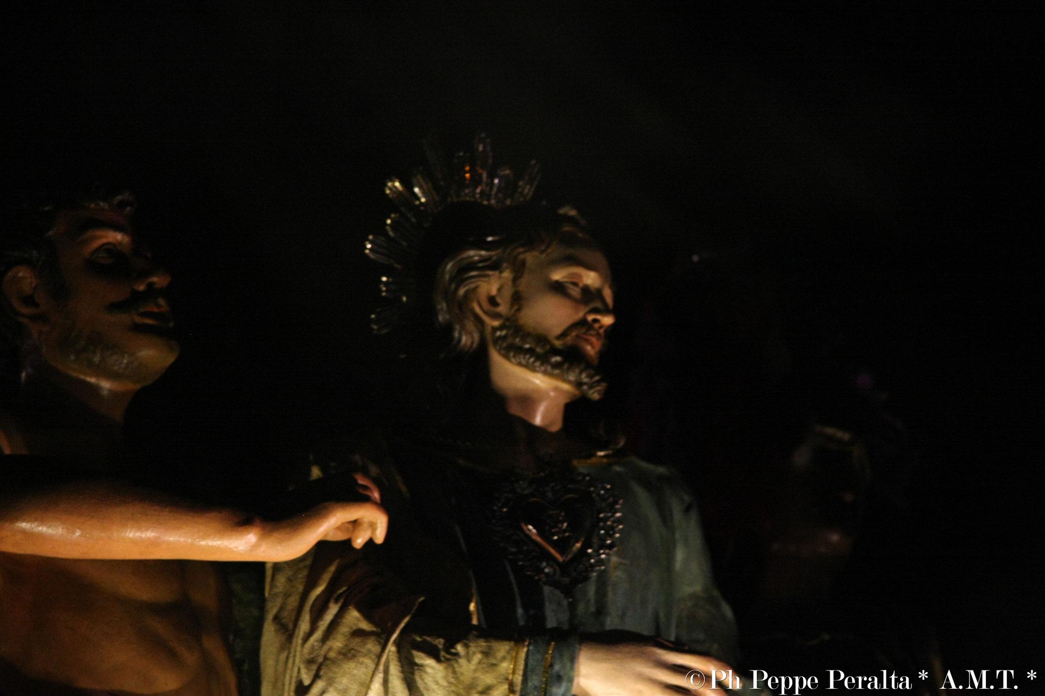 Un servo veste di un mantello a Gesù