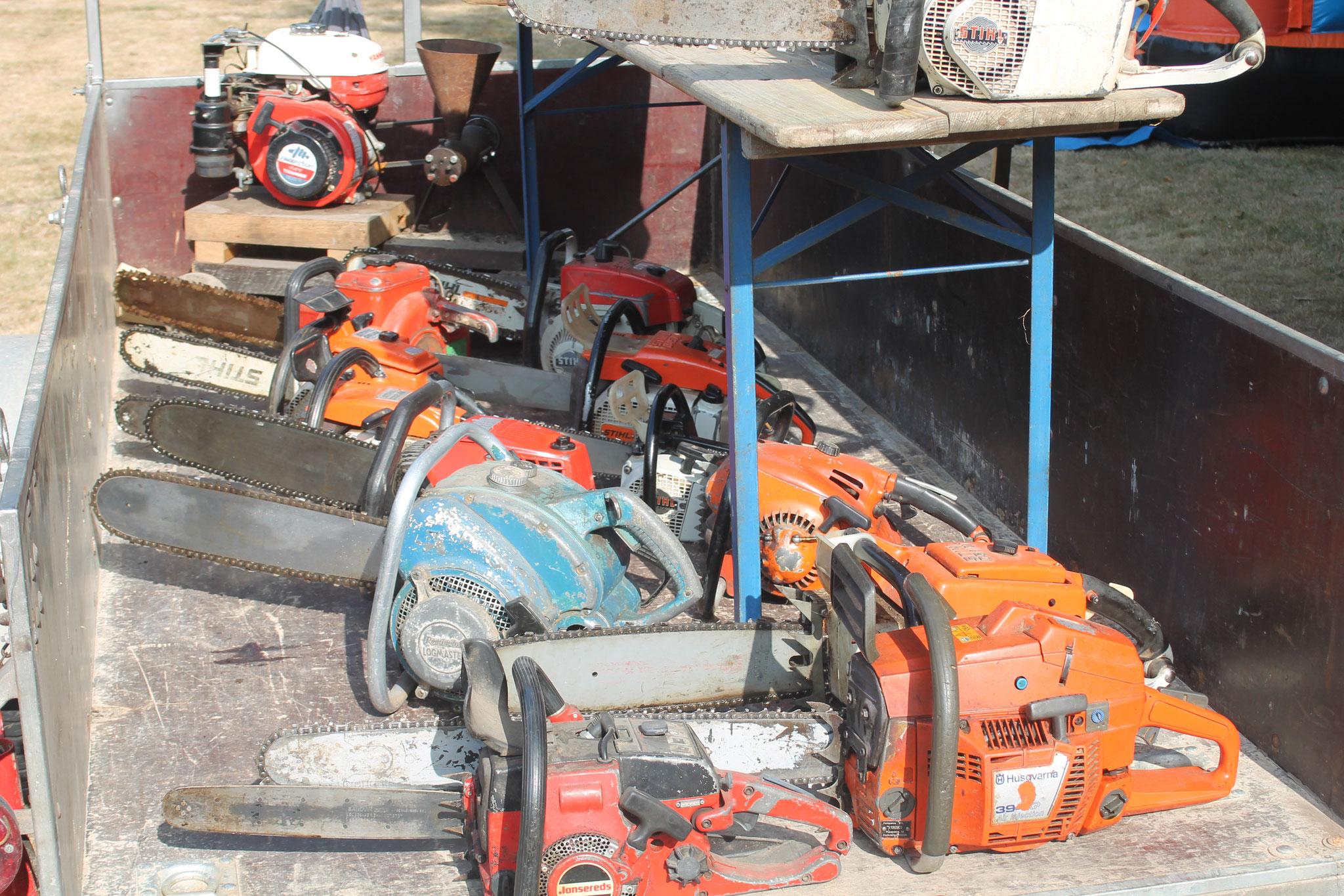 Neben alten Traktoren waren auch alte Kettensägen zu bewundern