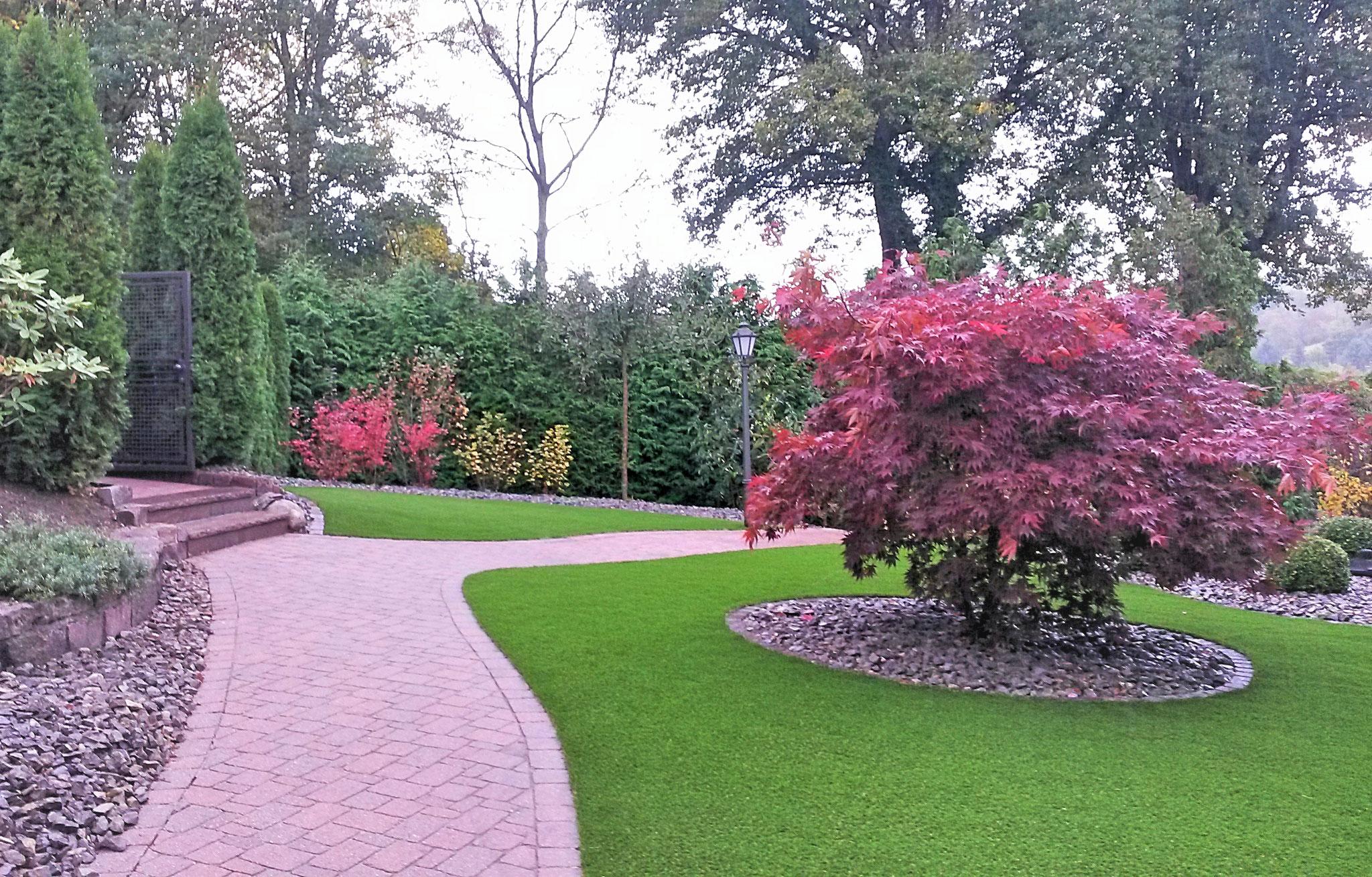 Pflasterfläche, Pflanzen und Kunstrasen - eine schöne Kombination