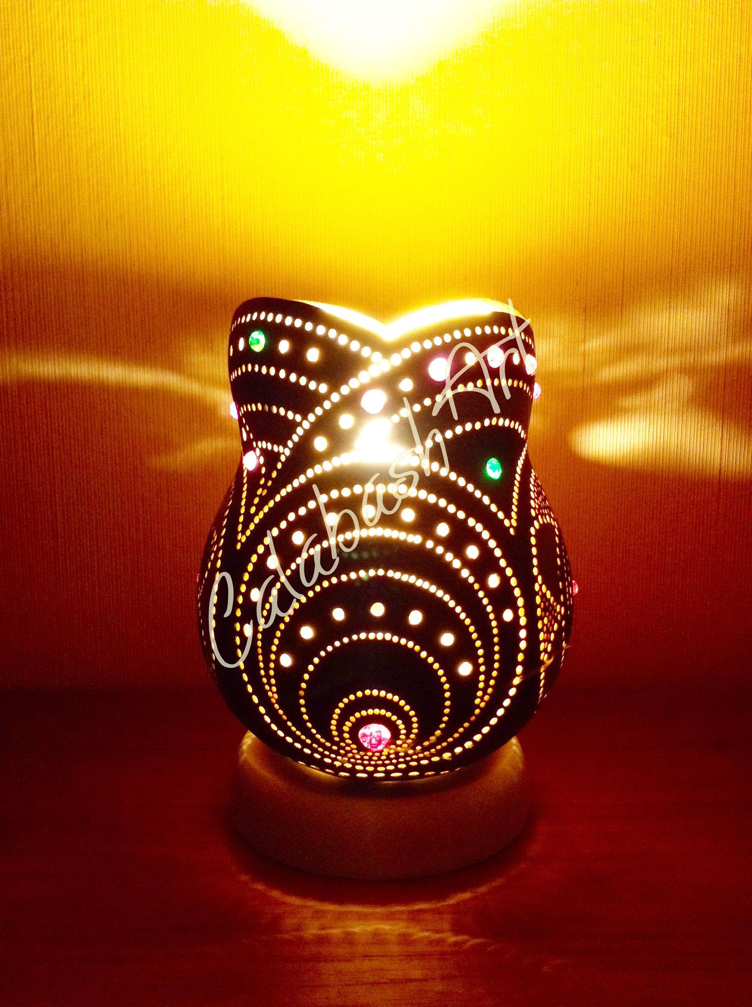 """Tischlampe, Kalebasse """"Blüten und Kreise"""" beleuchtet 2, CalabashArt"""