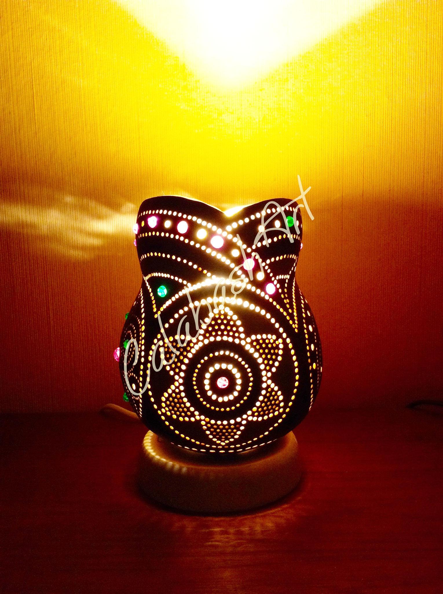 """Tischlampe, Kalebasse """"Blüten und Kreise"""" beleuchtet 1, CalabashArt"""