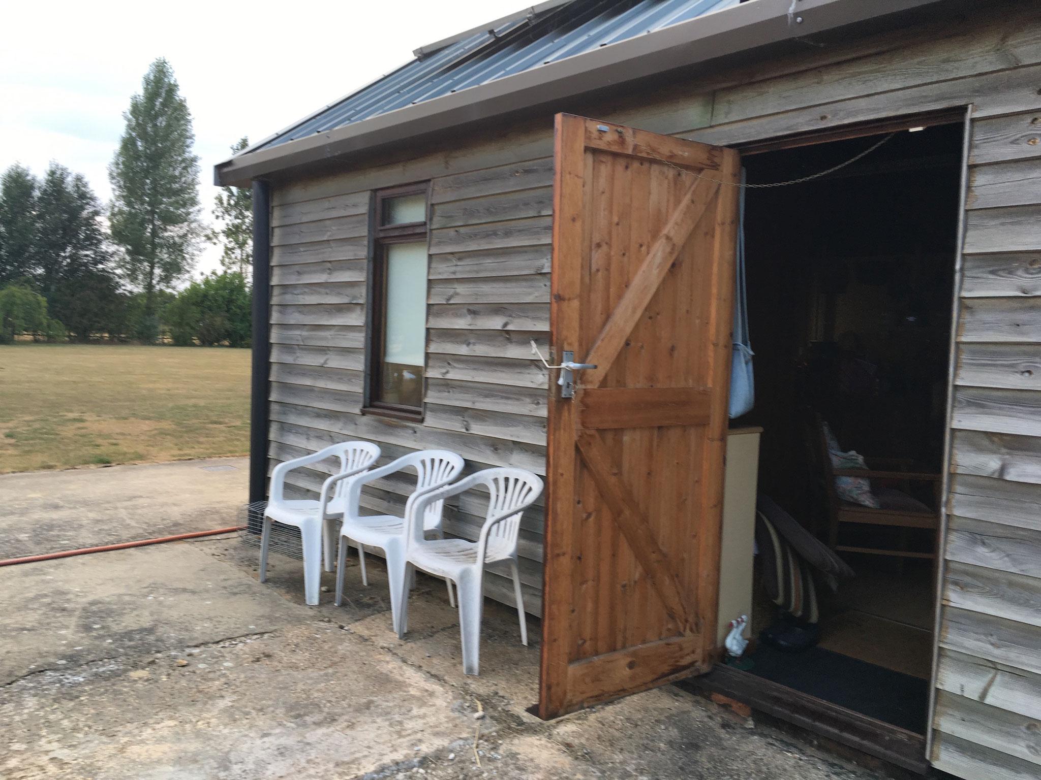 Meine Klimaanlage: hinten und vorne die Tür offen machen :-)