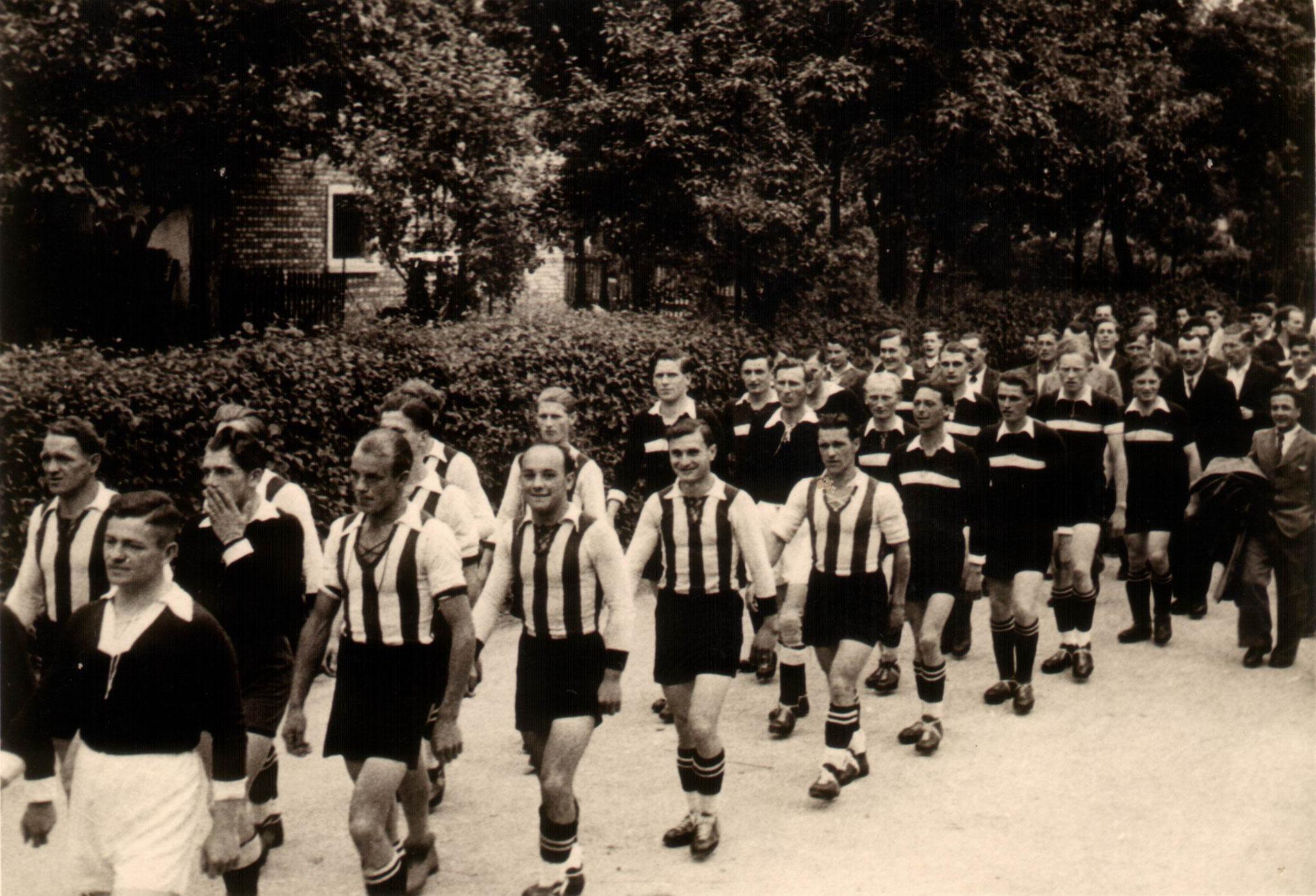 Sportfest 1949 -   1 und 2   Mannschaft - Umzug durchs Dorf