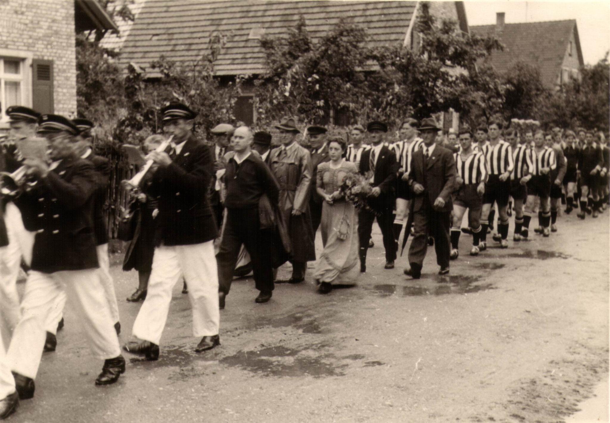 Sportfest 1948 - Umzug durchs   Dorf mit Musikverein