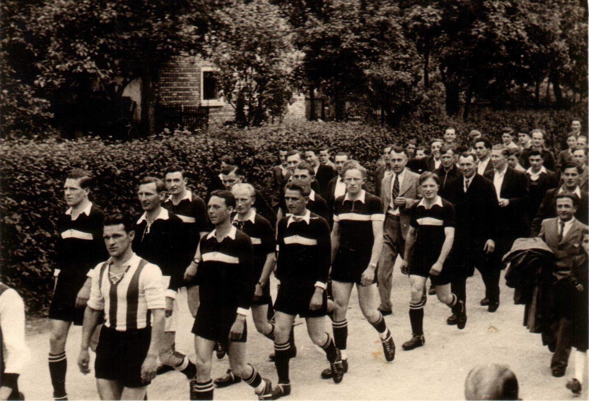 Sportfest 1949 -  2 Mannschaft -   Umzug durchs Dorf