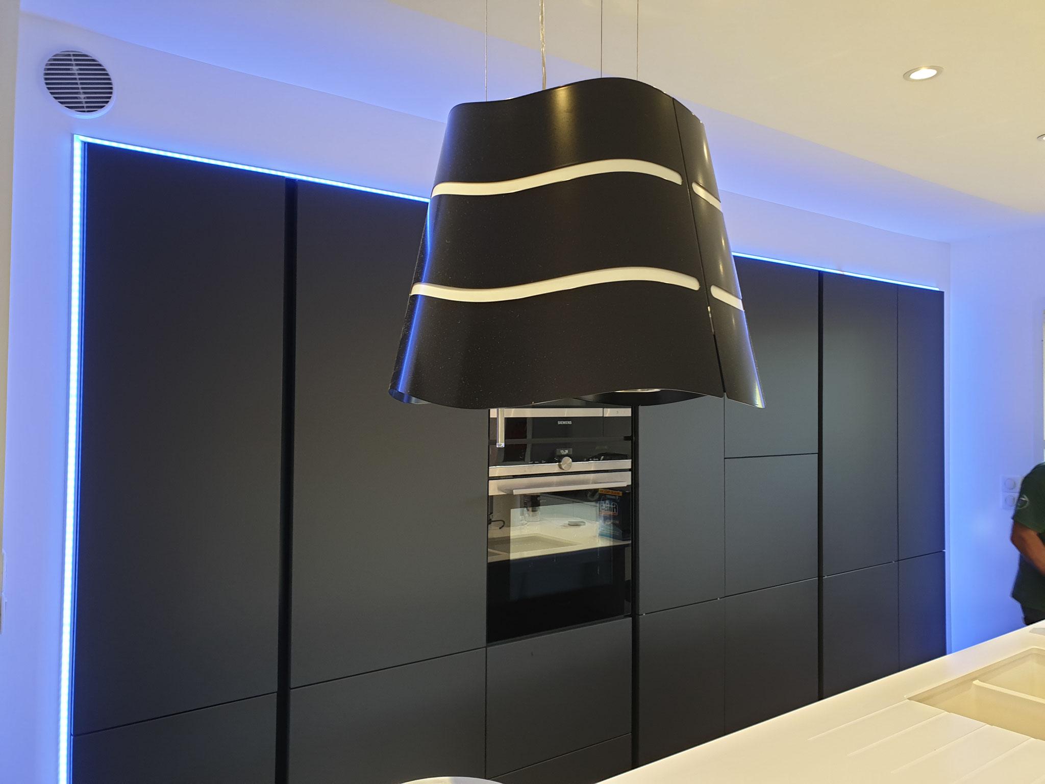 Cuisine design noir mate avec éclairage led réalisée par Cuisine Intérieur Design Toulouse